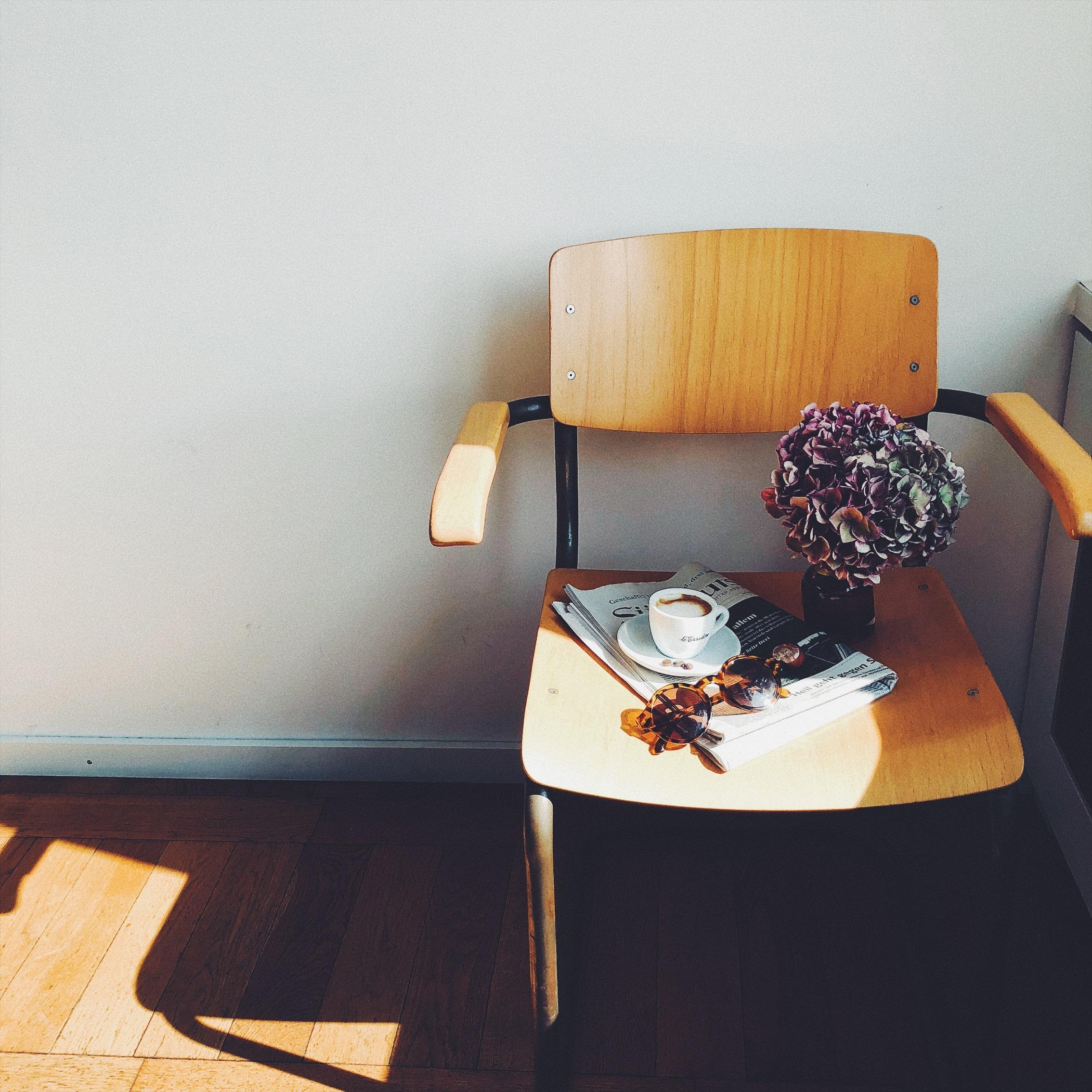 chasing light #chair #flowers #stuhl #living #licht #stilleben #vintage #altbau #coffeelover #couchstyle