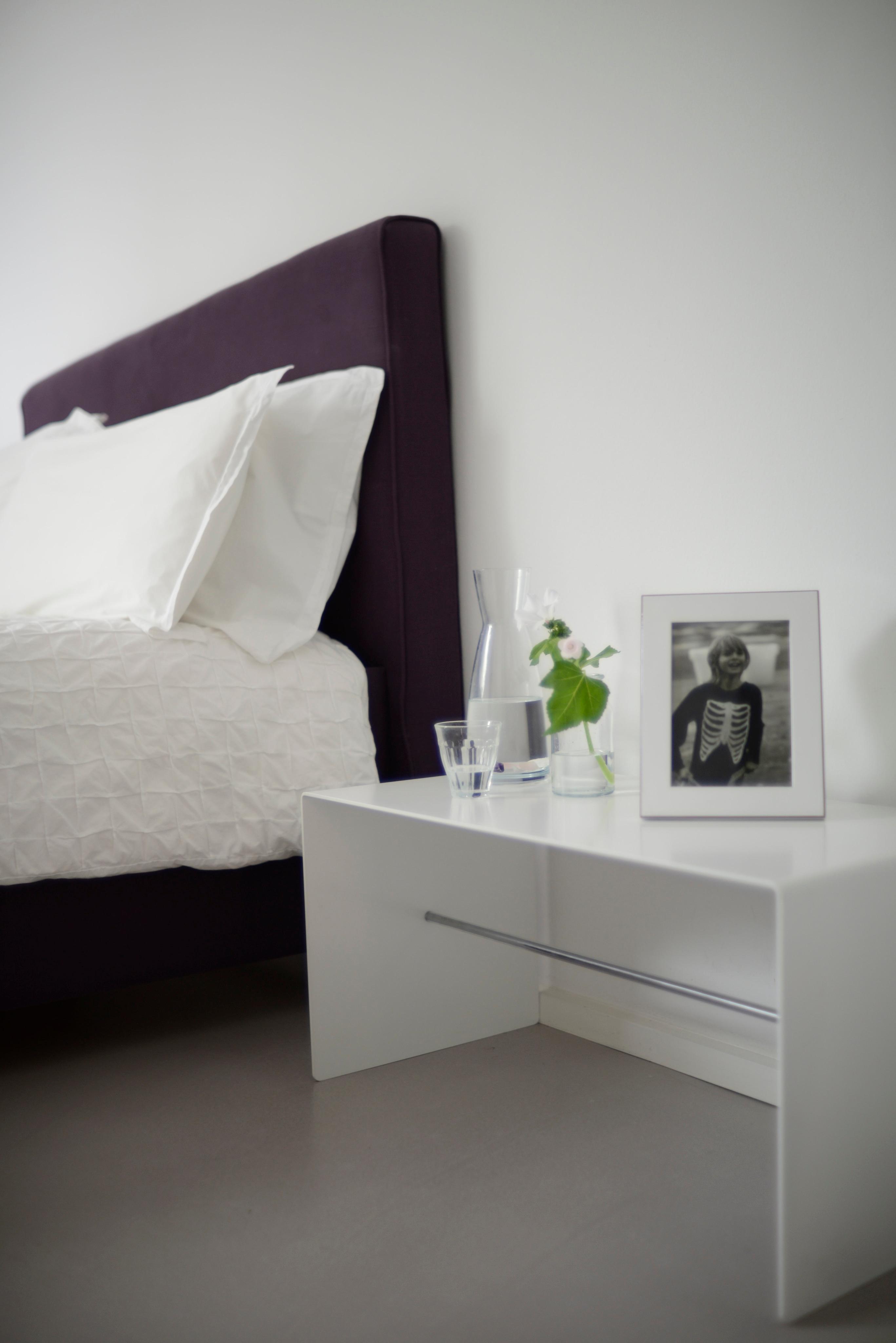 Elegant Close Up Schlafzimmer #beistelltisch #weißernachttisch #nachttisch ©Michael  Pfeiffer Fotografie