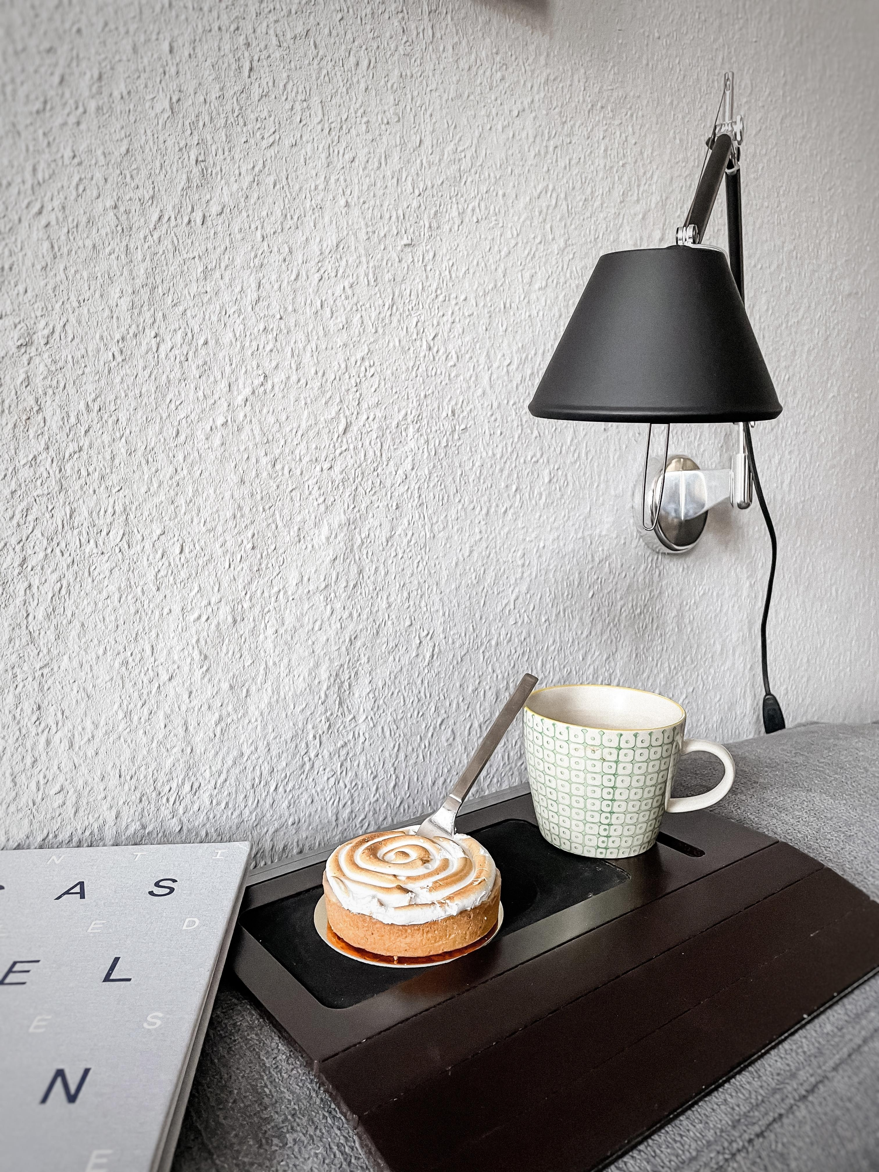 coffee moment #wandlampe #sofa #pause #kaffeepause #törtchen #couchstyle