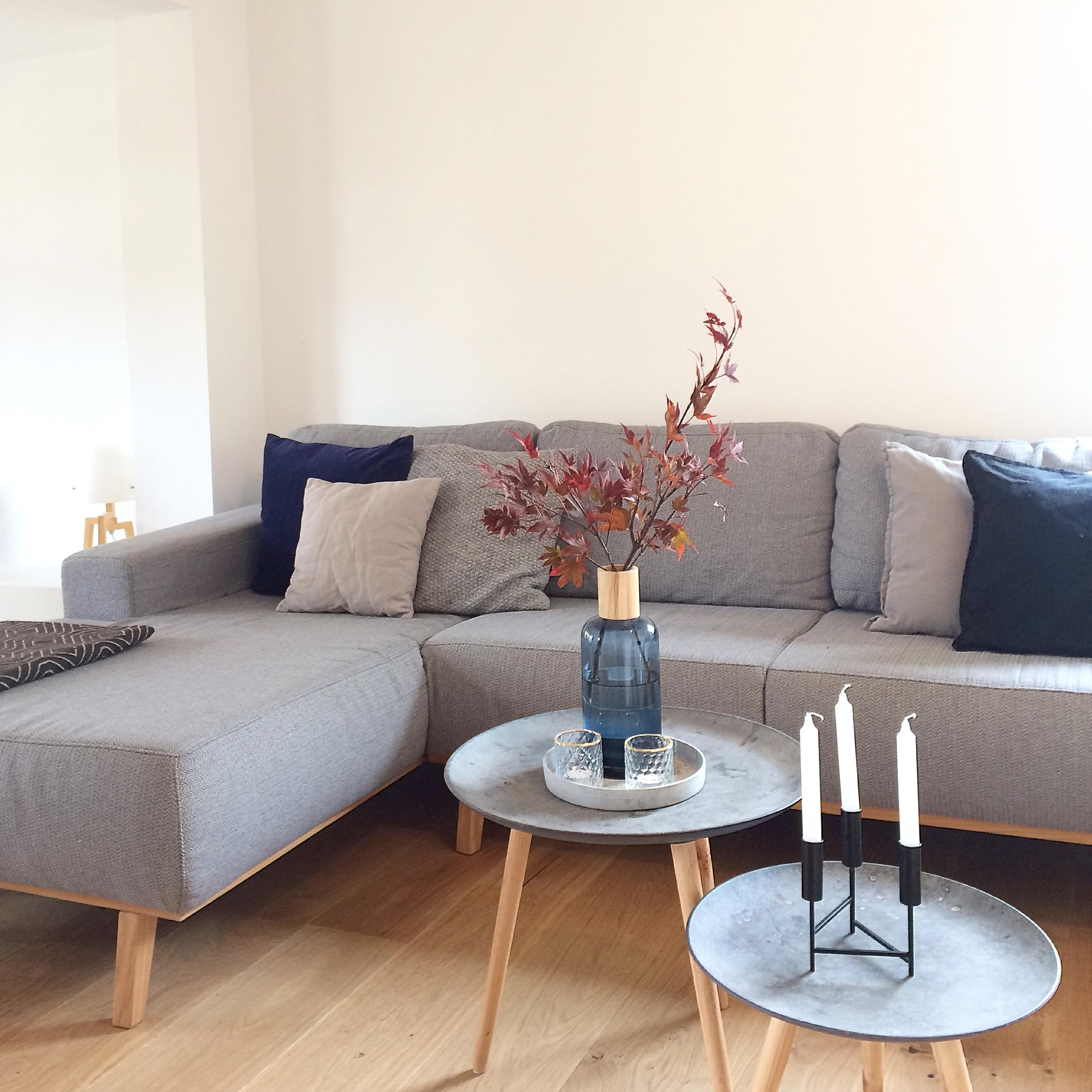 Couch Livingabc Skandistyle Grau Kissen Dunkelblau Vase Wohnzimmer