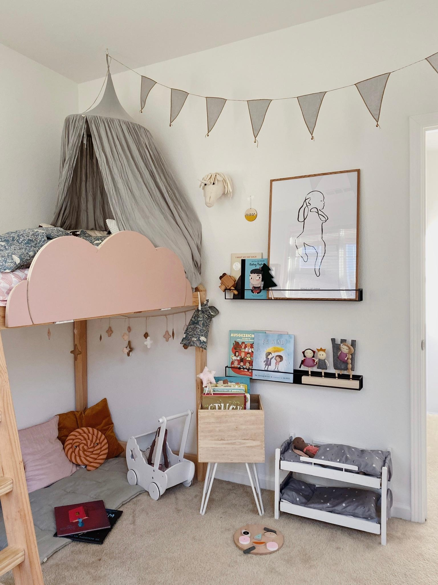 Cozy reading corner #kidsroom #decorforkids #hochbett #bücherregale