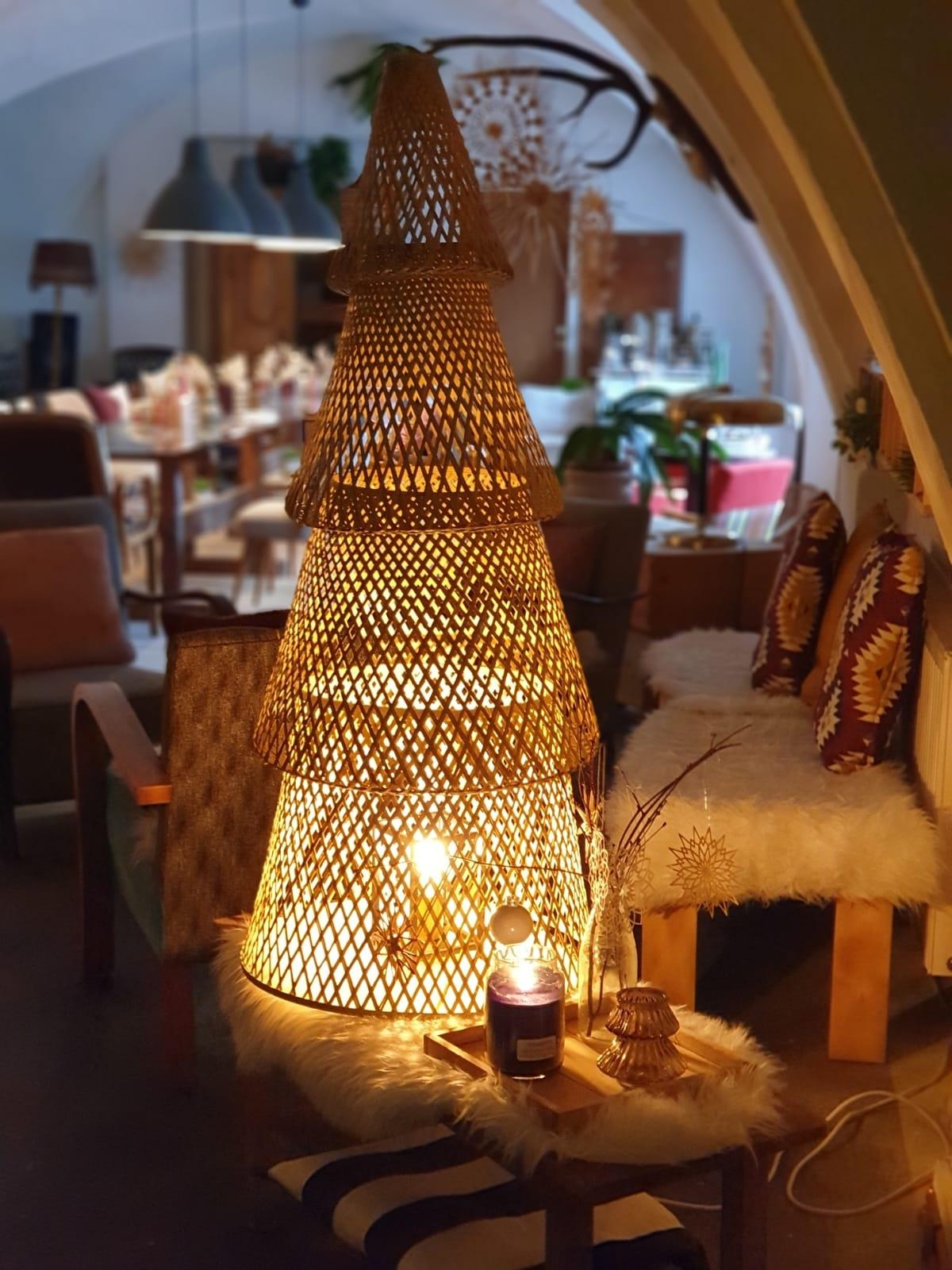 Cristmasmood #christmas #cozyhome #christmastree #geflecht #warmandsoft #couchstyle #homestory #esweihnachtetsehr