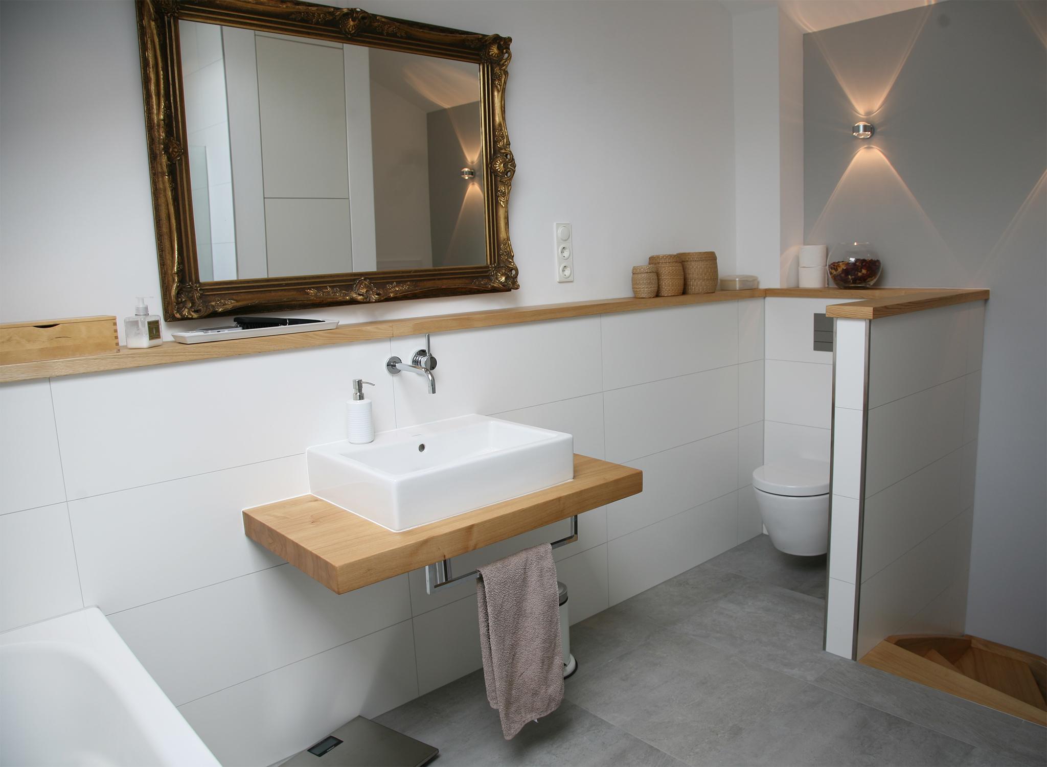 Das WC Verschwindet Hinter Einer Abmauerung #dachschräge #ebenerdigedusche  #offenesbadezimmer ©HEIMWOHL GmbH