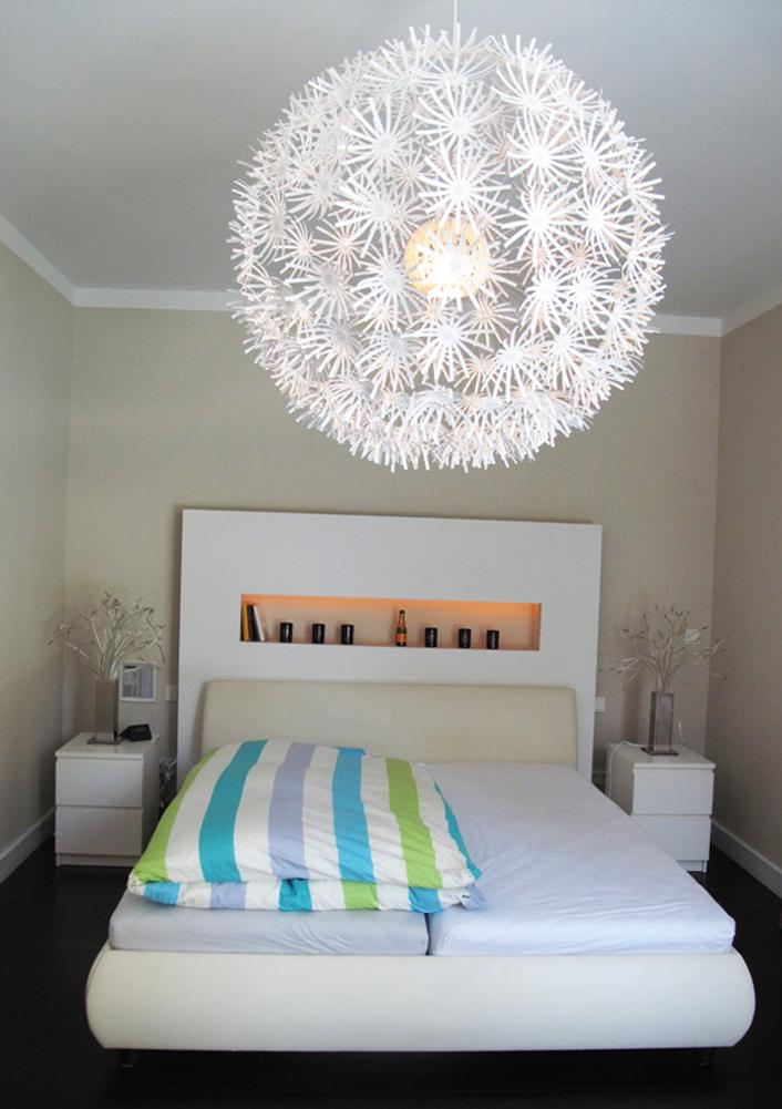 Dekorative Deckenleuchte im Schlafzimmer weißernach