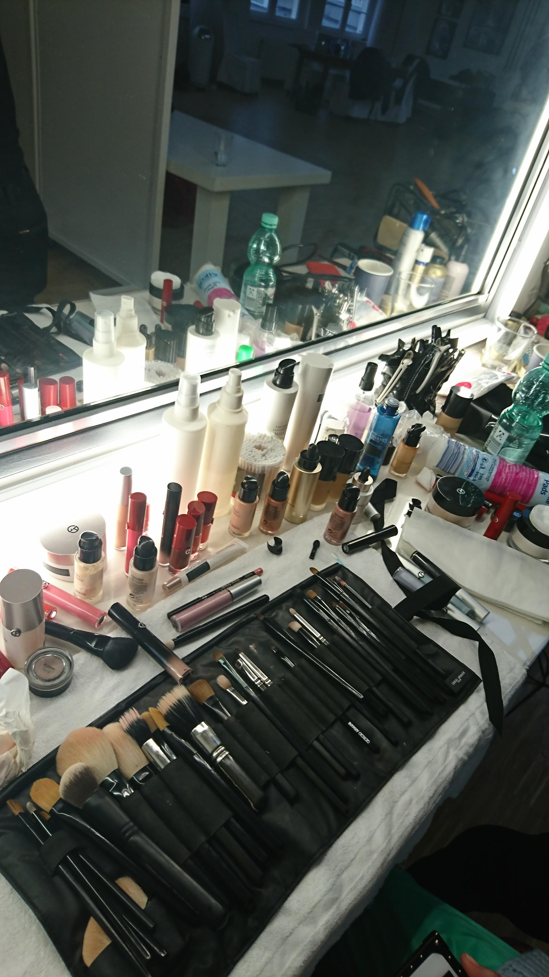 Der Arbeitsplatz vom Visagisten bei unserem Make-up-Shooting #makeup #beauty #backstage #armanibeauty #couchliebt