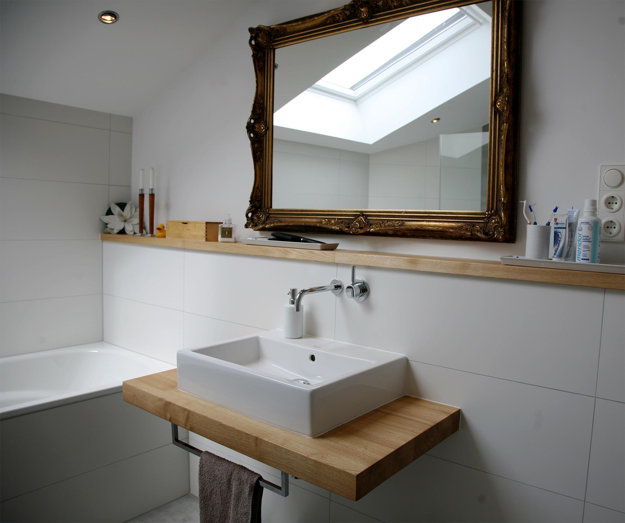 Der Waschtisch: Minimalistisch Und Natürlich Schön #dachschräge  #ebenerdigedusche #offenesbadezimmer ©HEIMWOHL GmbH