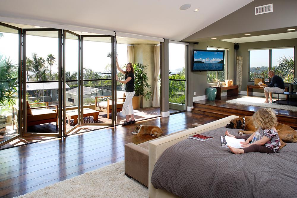 die falt glaswand erweitert im nu das wohnzimmer fassadengestaltung nanawall systems - Wohnzimmer Mit Glaswande