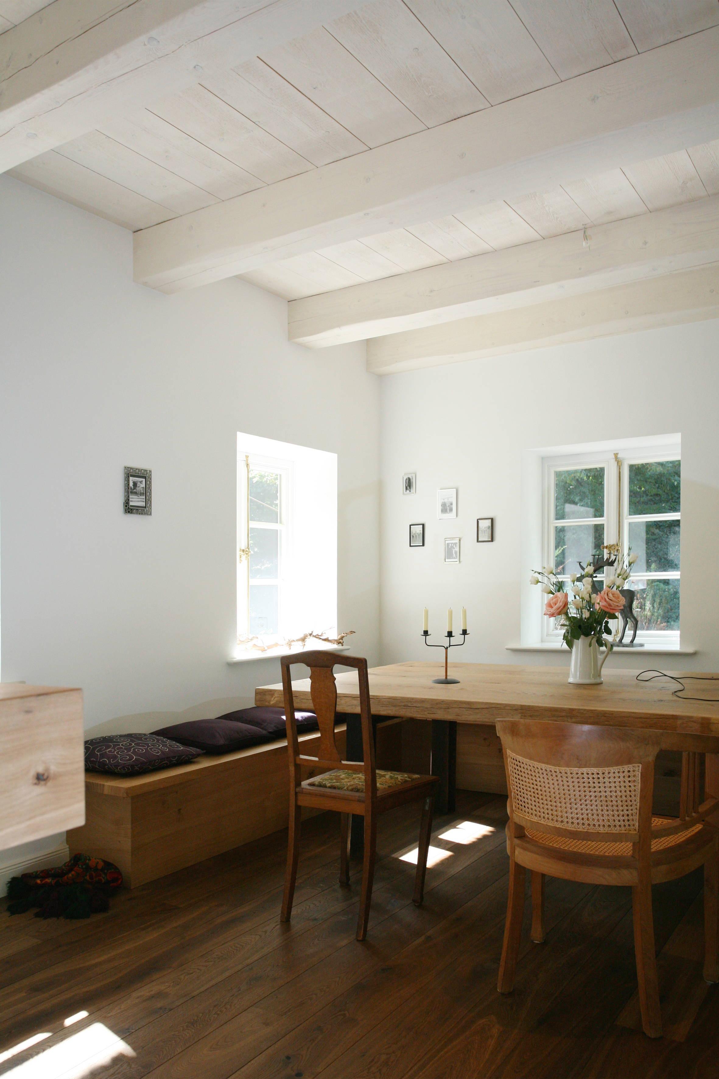 Die Gemütliche Sitzecke In Der Küche #küche #esstisch #deckenbalken  #sitzbank #reetdachhaus