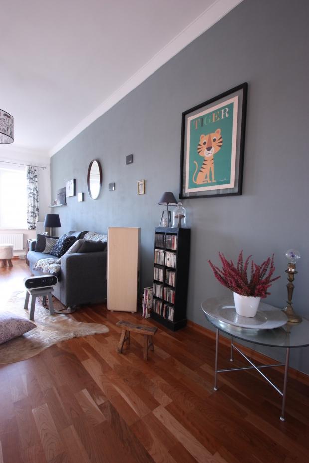 Die graue Wand im Wohnzimmer mit dem Tiger Print #ho...