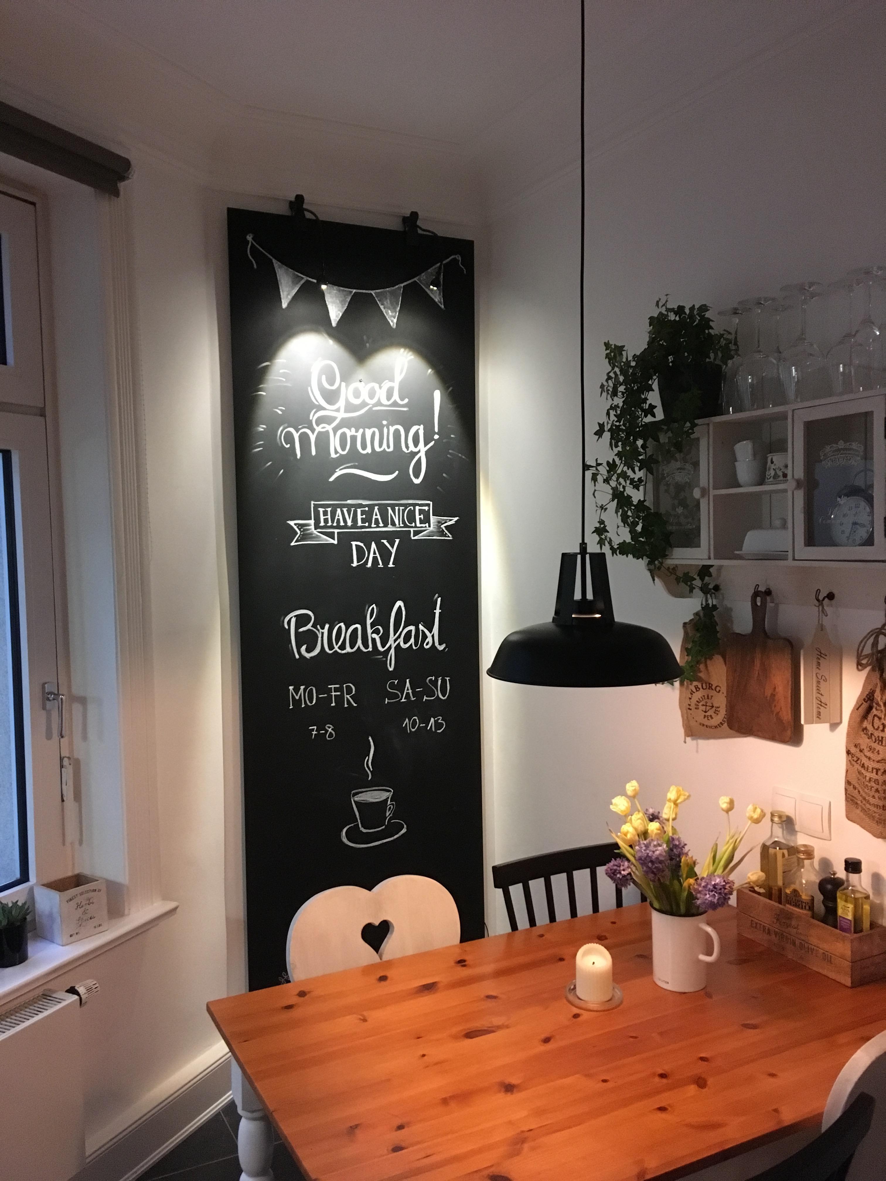 Die selbstgebaute Tafel ist das Highlight der Küche ...