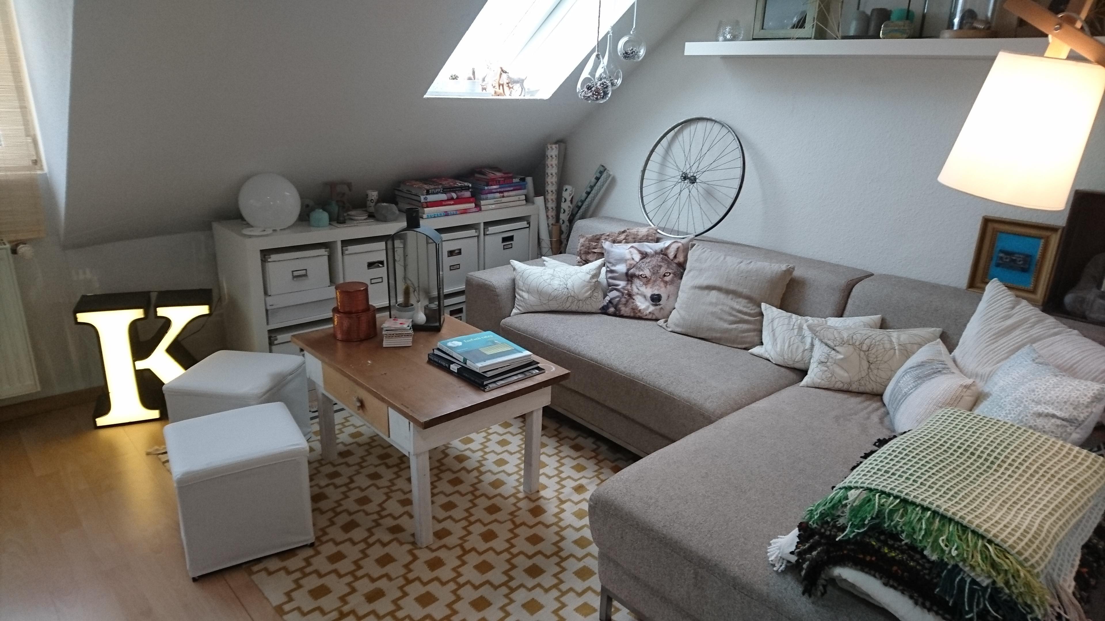 die sofaecke und das gro e k dachschr ge kissen. Black Bedroom Furniture Sets. Home Design Ideas