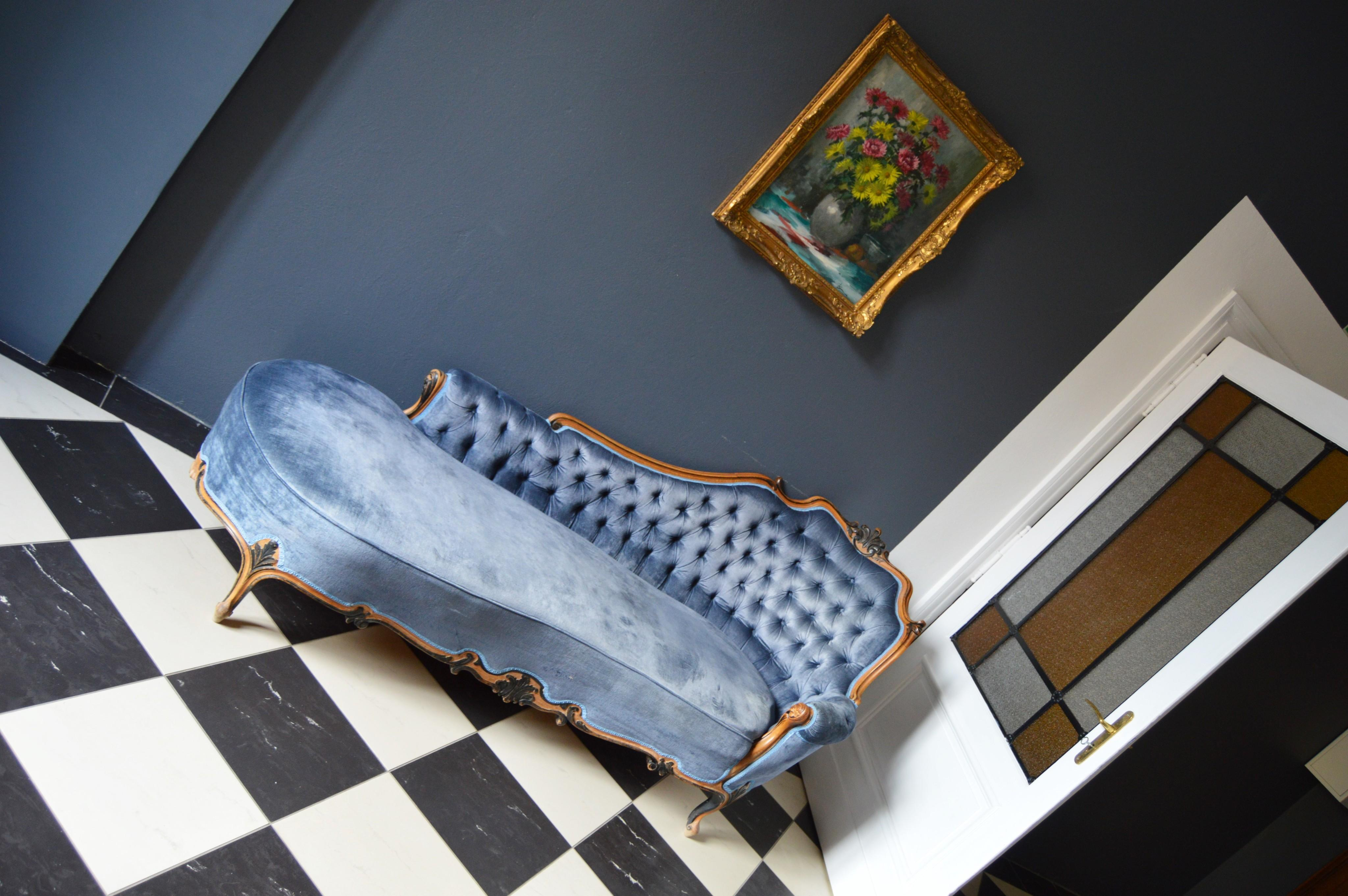 Do you wanna live in a castle and sit on this beautiful #couch ?