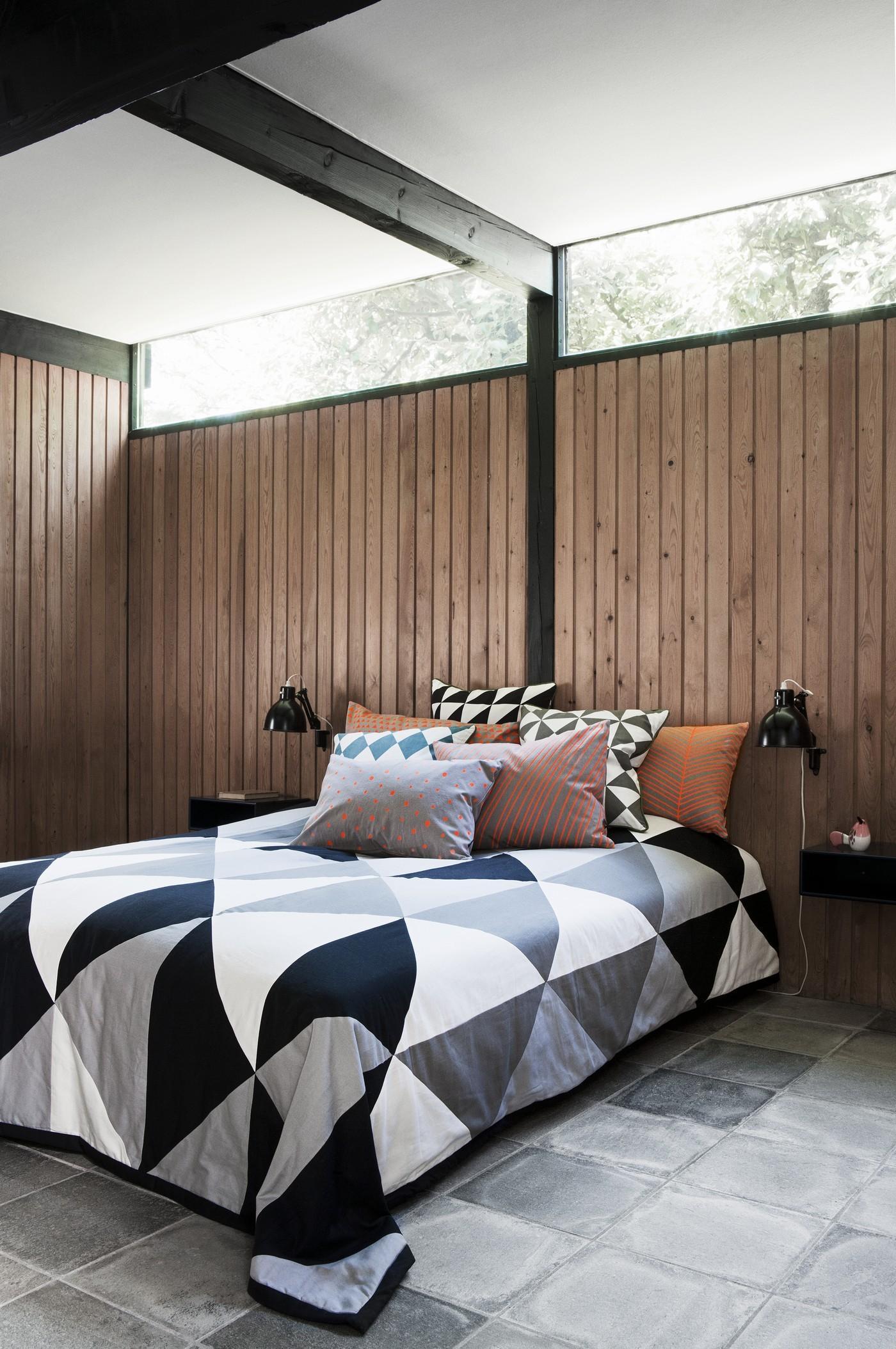 doppelbett mit einer karierten tagesdecke bett tag. Black Bedroom Furniture Sets. Home Design Ideas