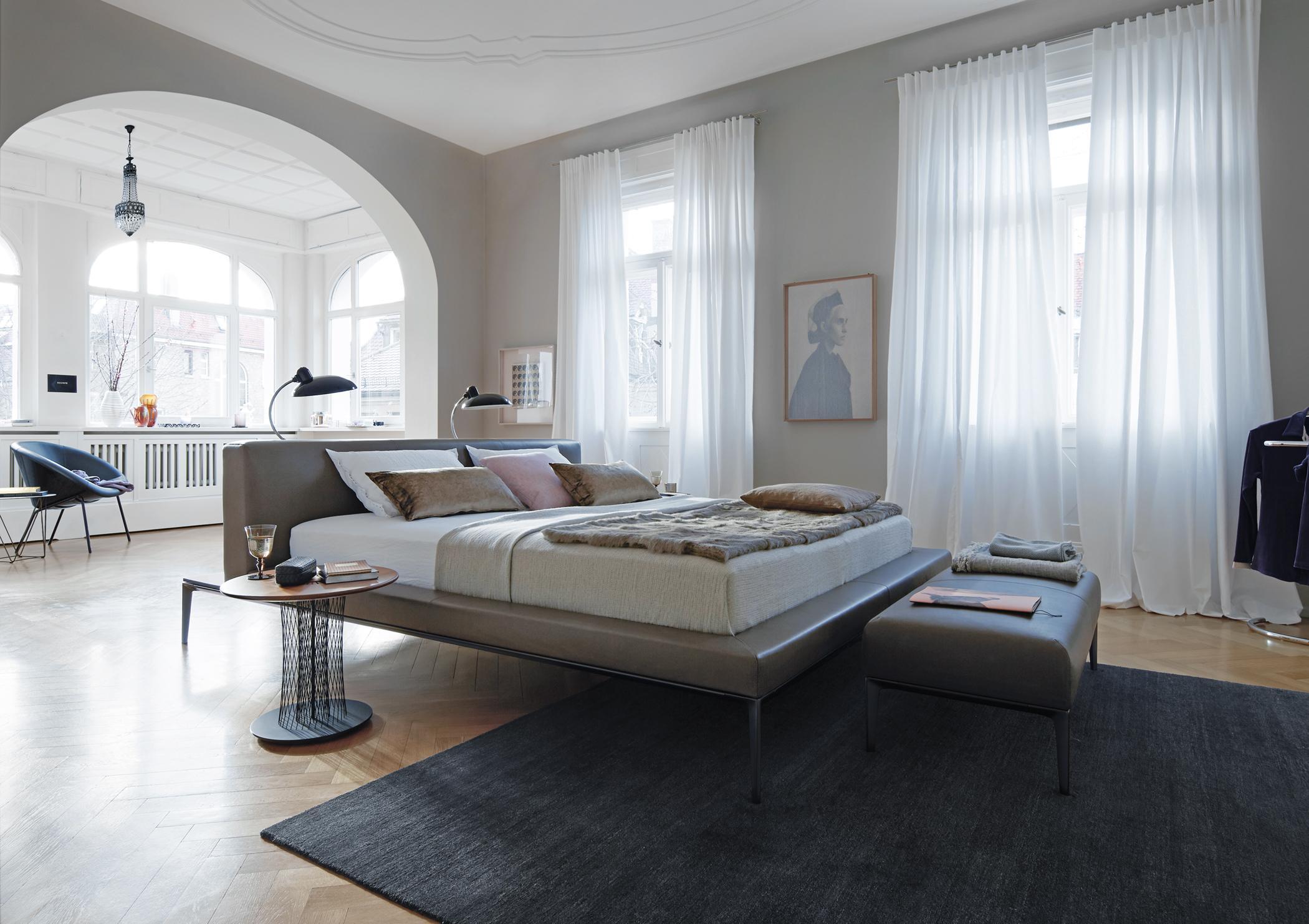 Doppelbett Mit Nachtleuchten #teppich #erker #bettwäsche #sessel  #nachttisch #gardine #