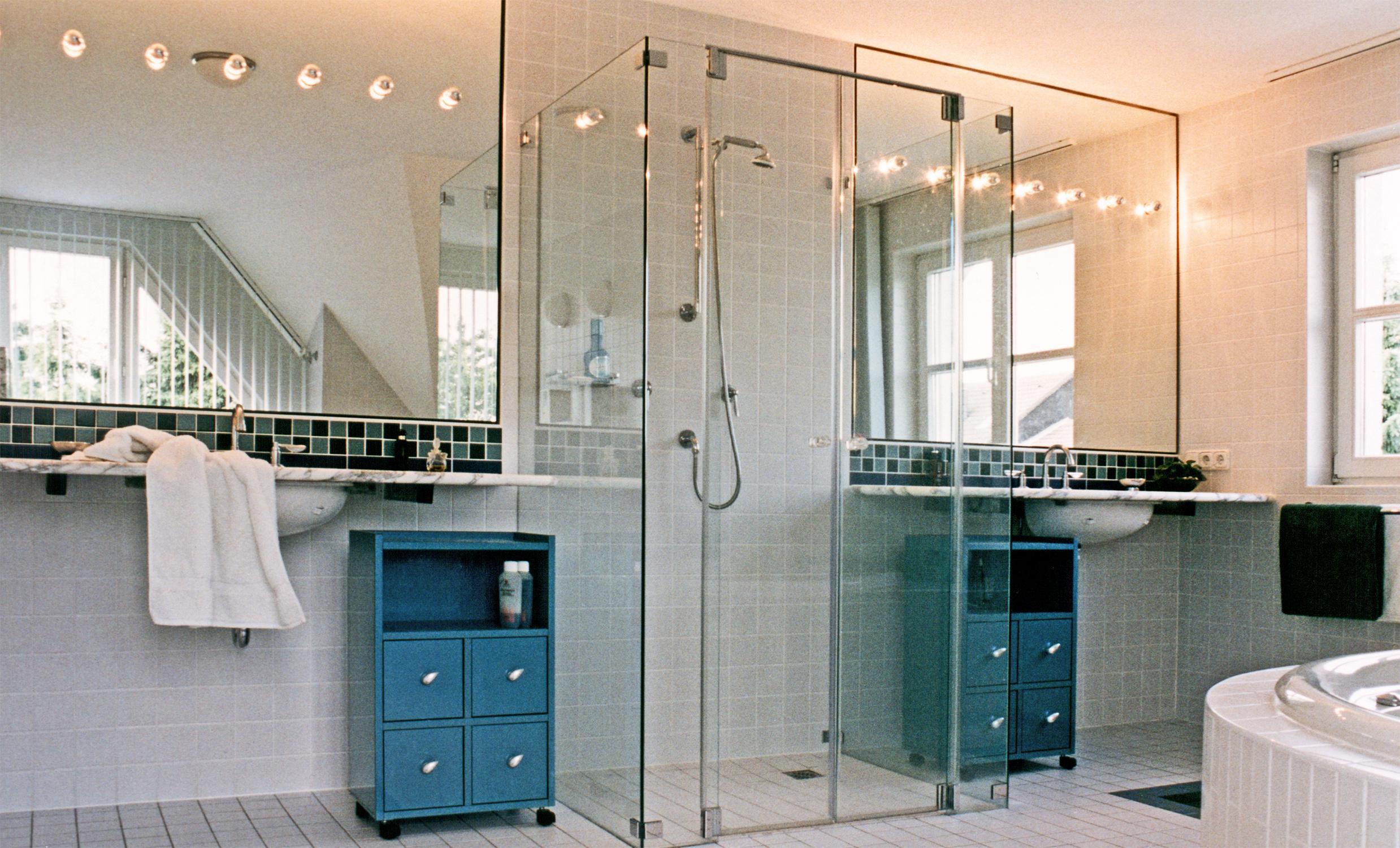 Doppelter Waschtisch Mit Dusche #bad #badezimmer #dusche #spiegel  #waschtisch #kommode