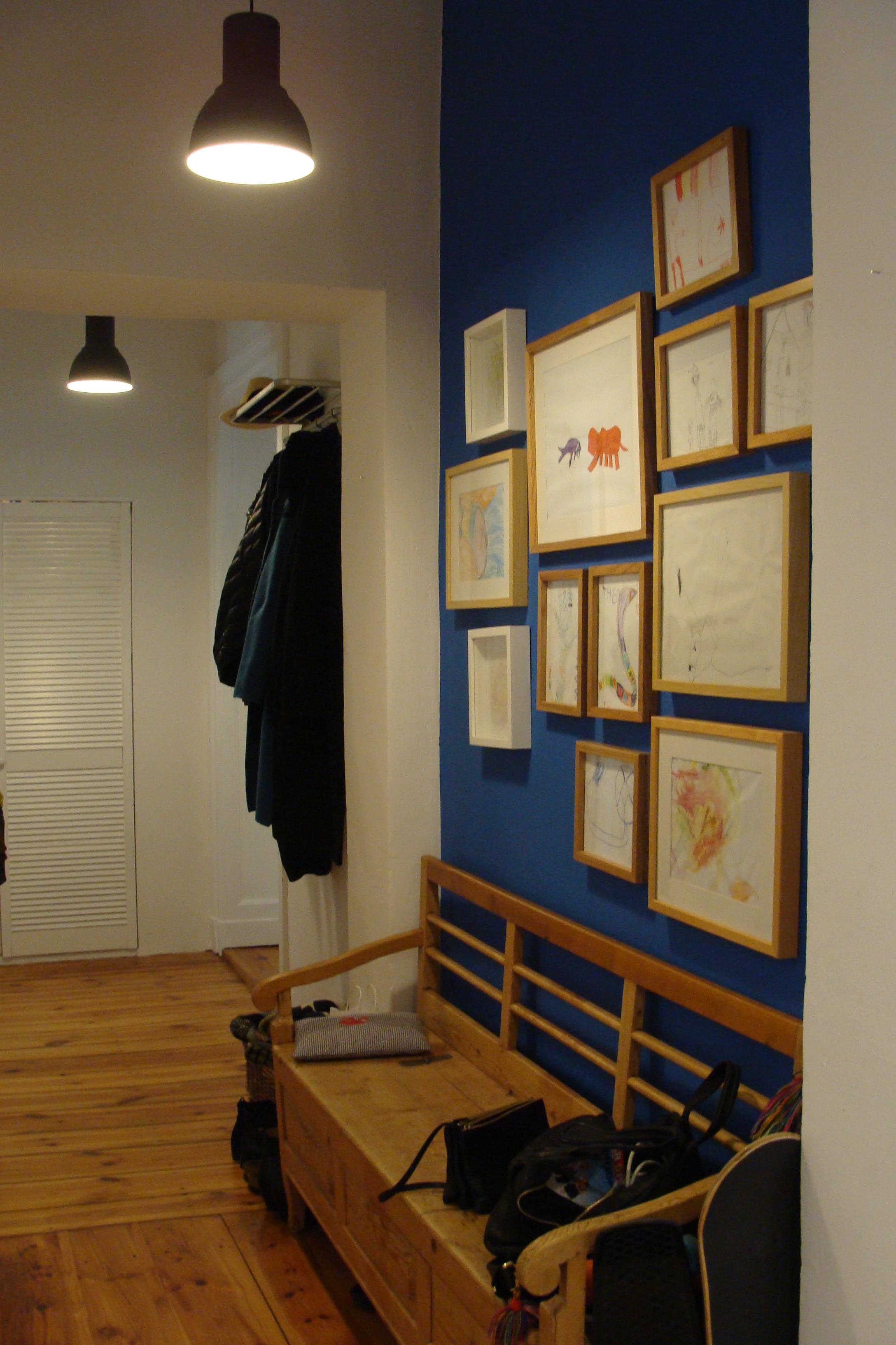 Dunkelblaue Wand Betont Den Flur #sitzgelegenheit #wandgestaltungflur  #flurbeleuchtung ©Mareike Kühn Interior Stylist