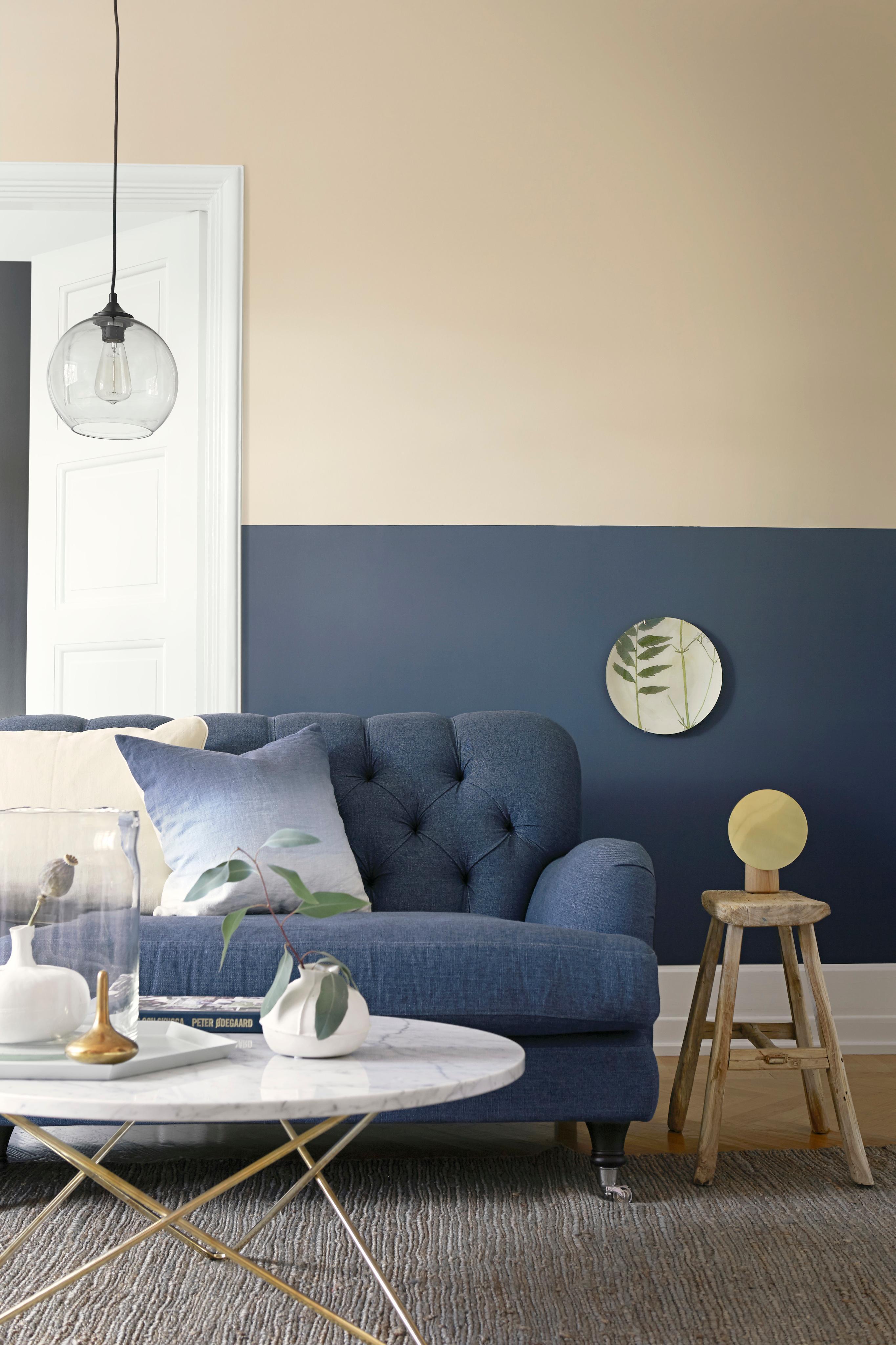Dunkelblaue Wandfarbe #couchtisch #blauessofa #blauewandfarbe ©Boråstapeter Nice Look