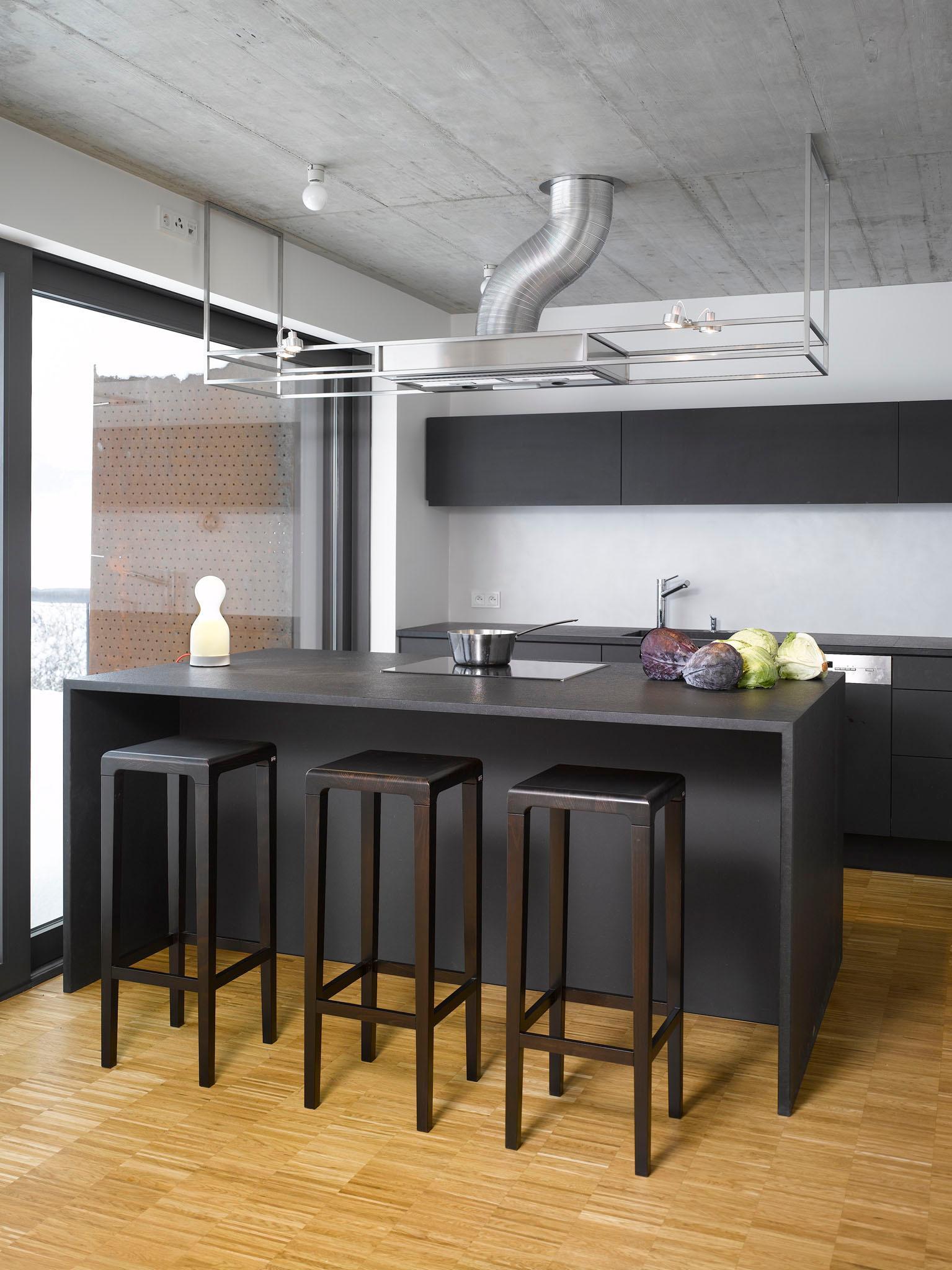 Dunkler Küchentresen Mit Integrierter Herdplatte Ba