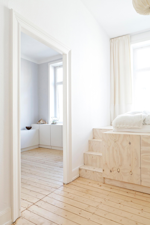 Durchgang Schlafzimmer Arbeitszimmer #bett #sideboard #podest ©STUDIO OINK