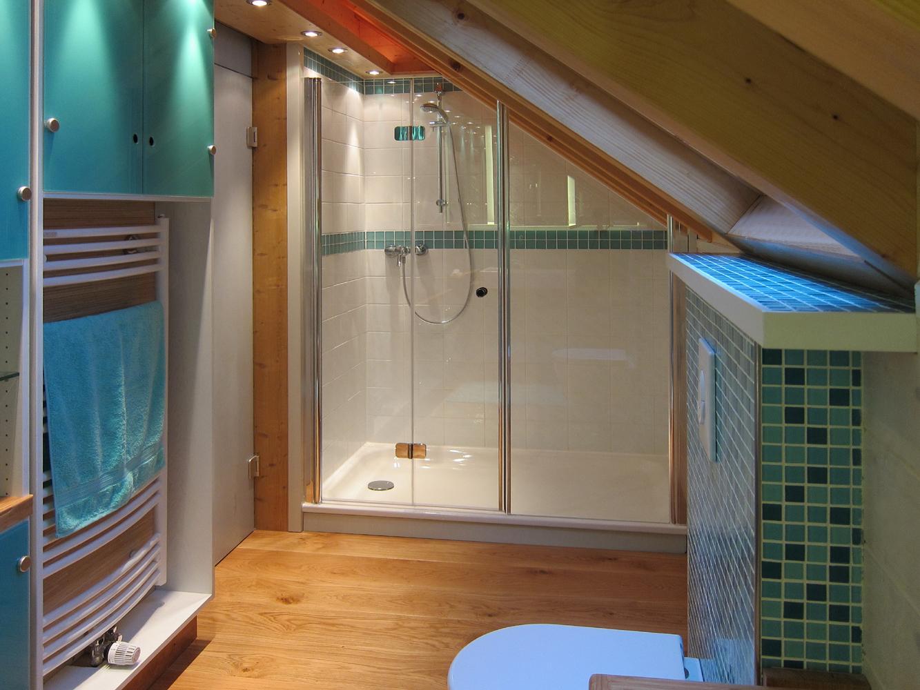 Bezaubernd Dusche In Dachschräge Dekoration Von Der Dachschräge #dachschräge #mosaikfliesen #dusche #deckenstrahler #badezimmerschrank