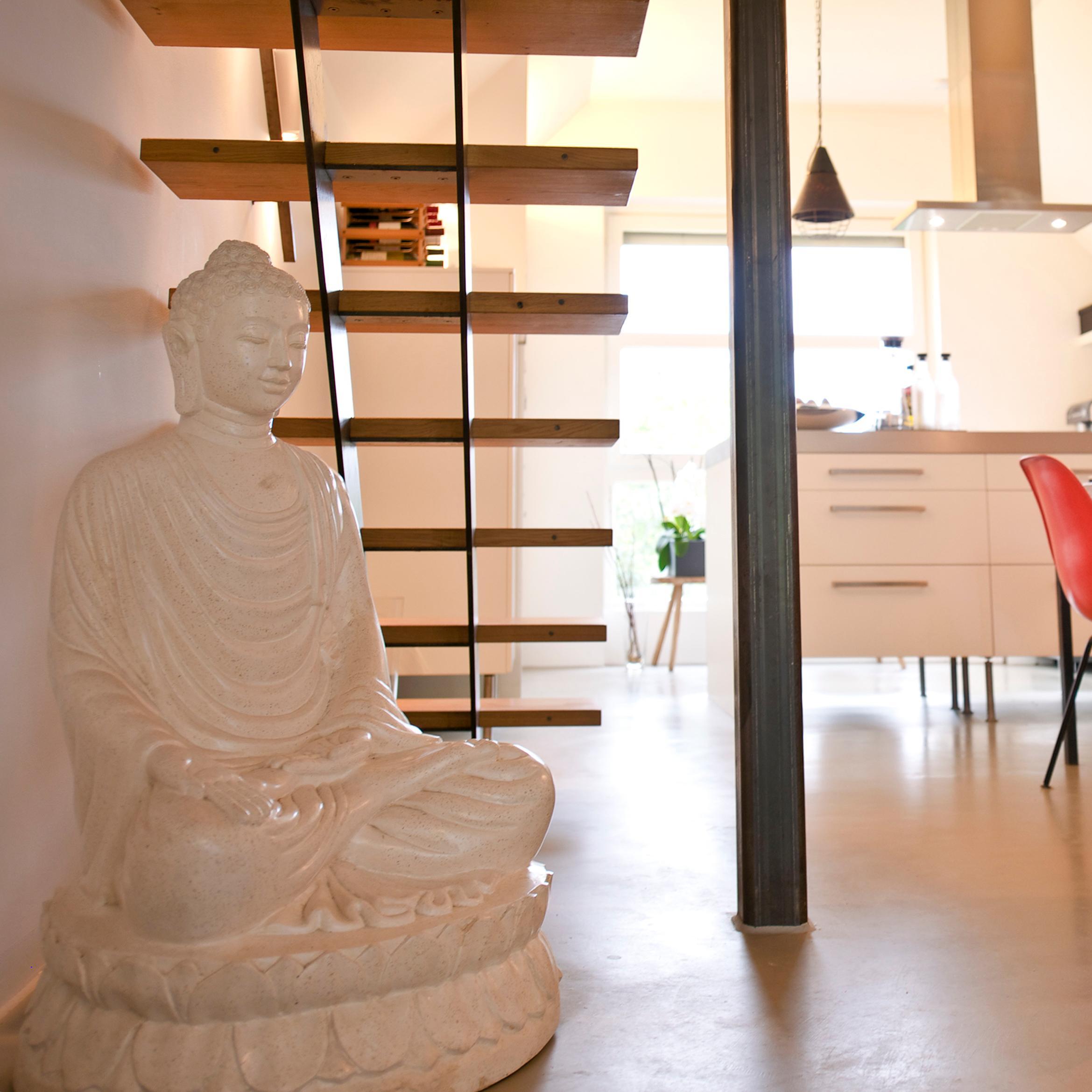 Ein Grosser Schwerer Buddha Findet Seinen Platz Unter Der Treppe Betonboden CZolaproduction