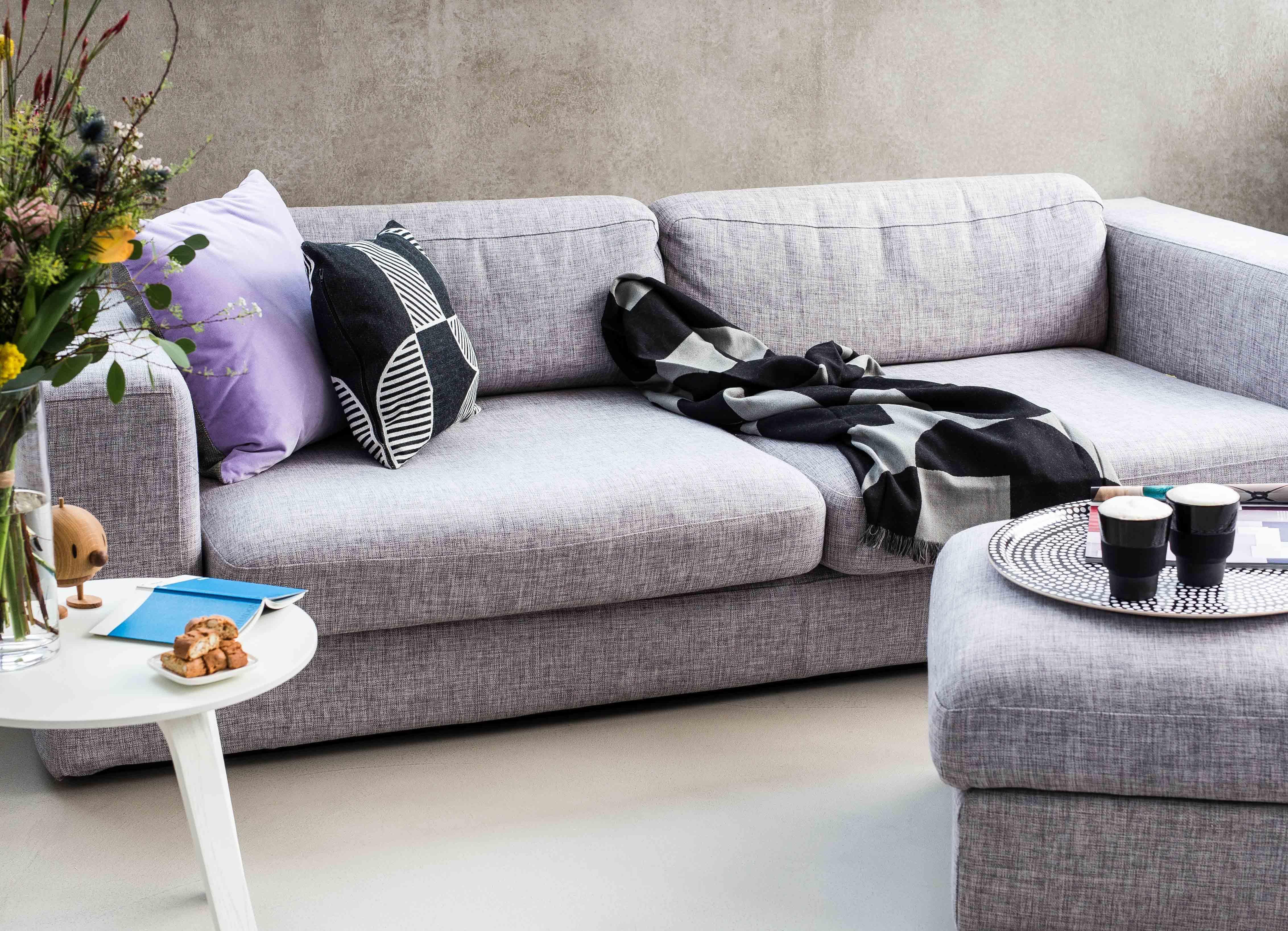 Eine auszeit auf dem sofa couchtisch beistelltisch - Sofa tablett tisch ...