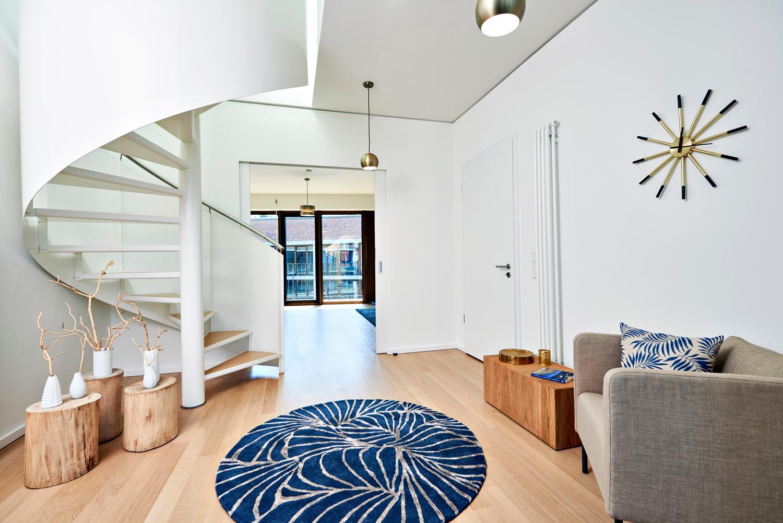 eingangsbereich mit rundem teppich sessel uhr und. Black Bedroom Furniture Sets. Home Design Ideas