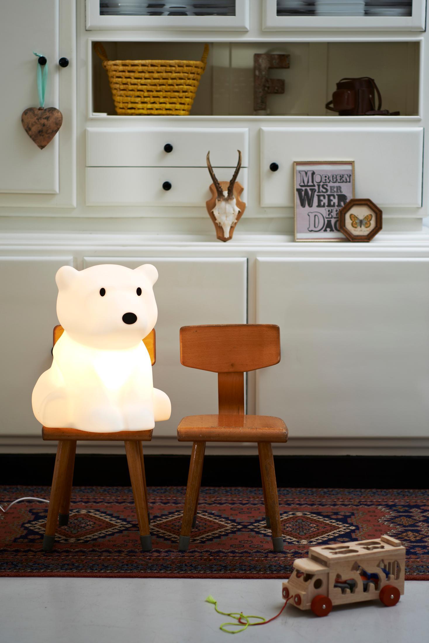 Einfache Dekoration Und Mobel Orientalisches Flair Mit Perserteppichen 2 #17: Eisbärenlampe #geweih #teppich #schrank #perserteppich #holzschrank ©MrMaria