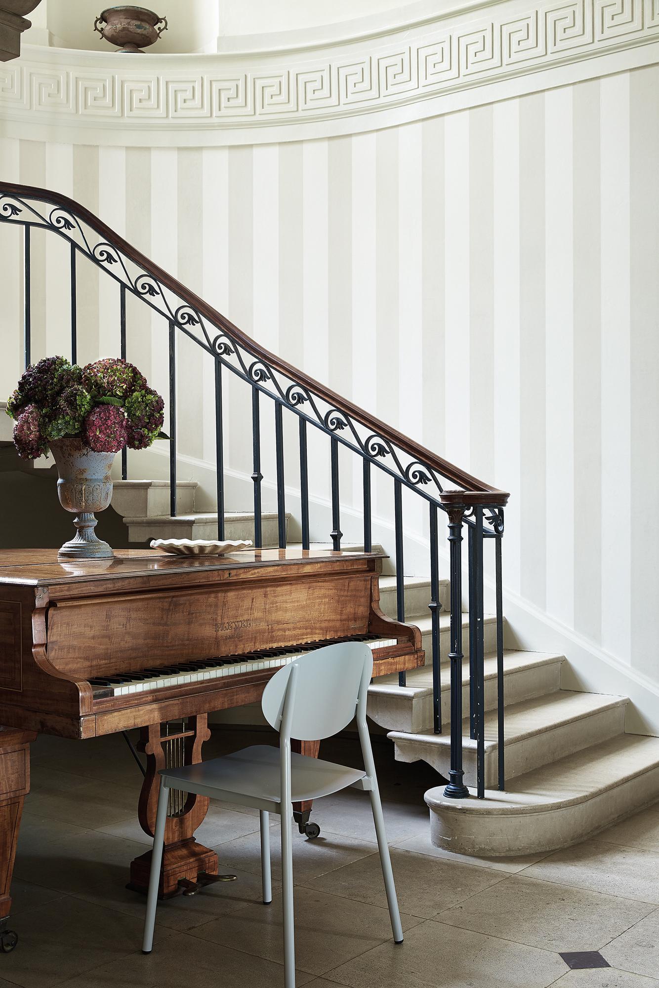 Eleganter Treppenaufgang Mit Klavier Stuhl Treppenhaus Marmorboden  Gelaender Klavier Blumenvase Wandgestaltungflur Little Greene 3364fdec 5268  4cc6