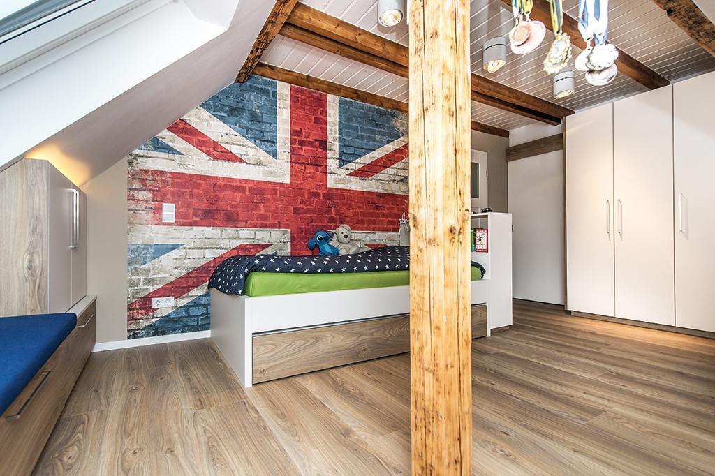 Erhöhtes Bett Vor Retro Tapete #jugendzimmer #jugendzimmerjungs #jugendbett  ©Geilert GmbH /
