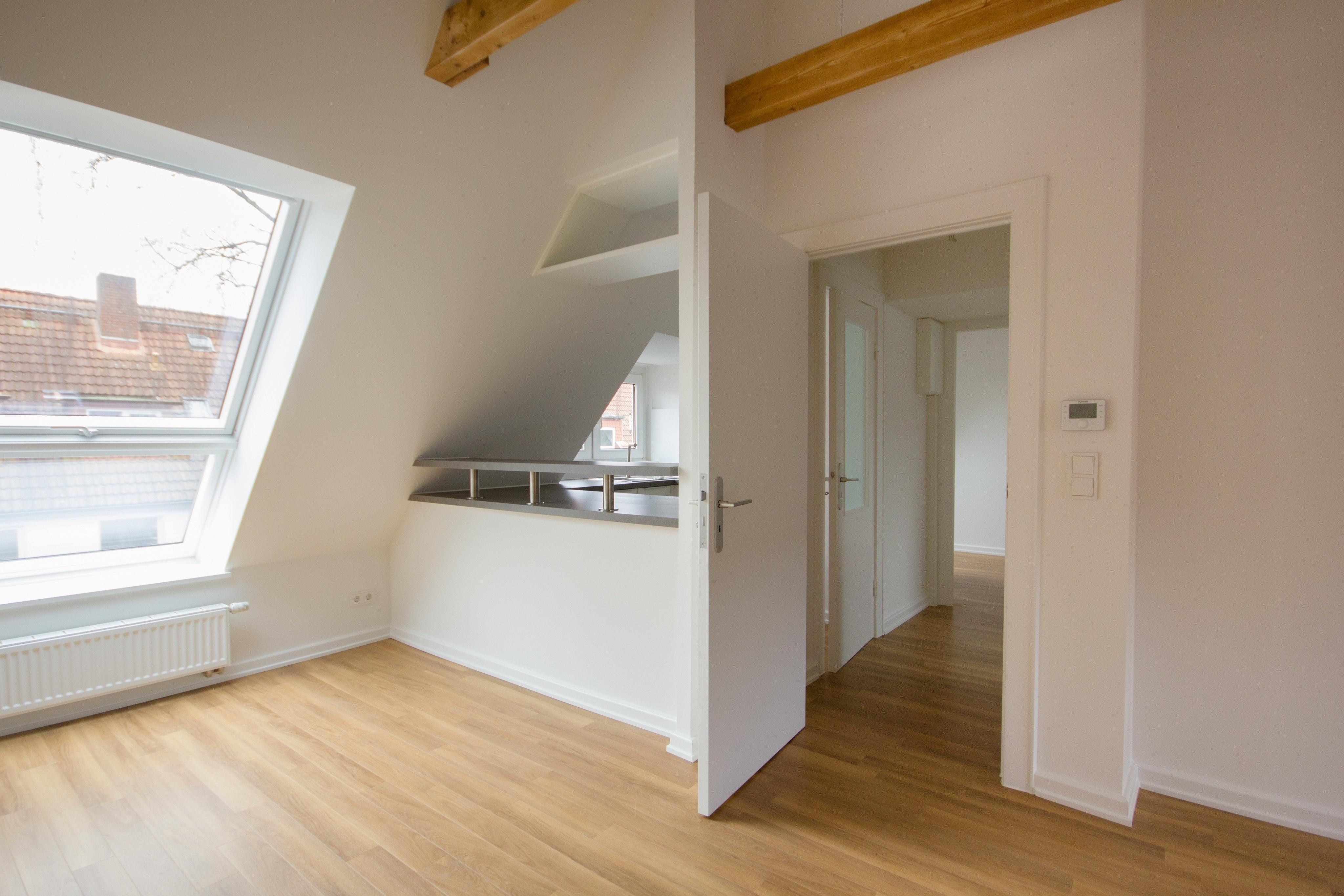 Erweiterung Des Dachgeschosses #dachgeschoss #deckenbalken #offeneküche  #vinylboden #dachgeschossausbau ©Kai Lietzke
