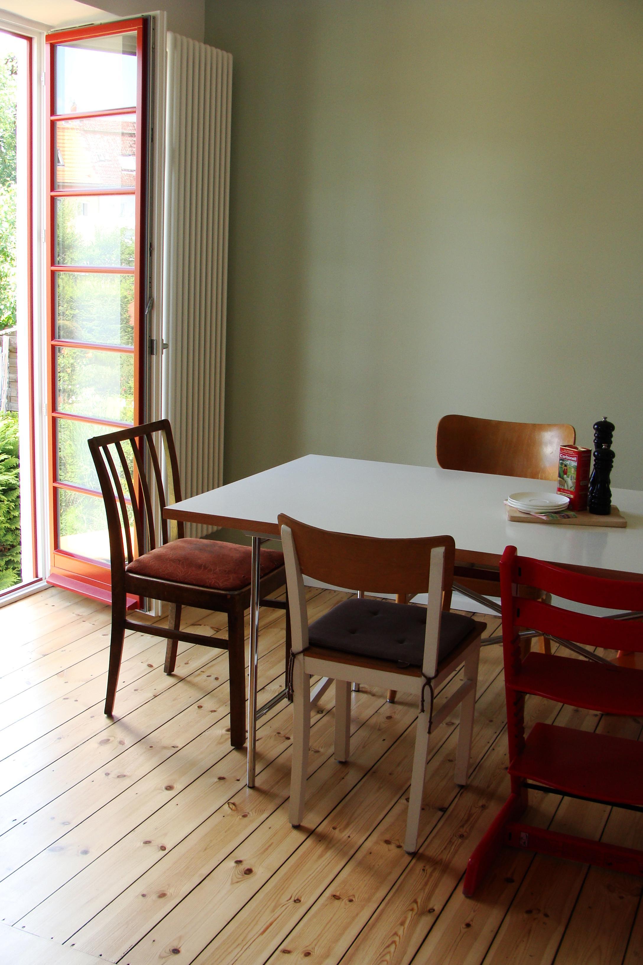 Essplatz Mit Grüner Wand Und Roten Fenstern #küche #dielenboden #wandfarbe  #vintage #