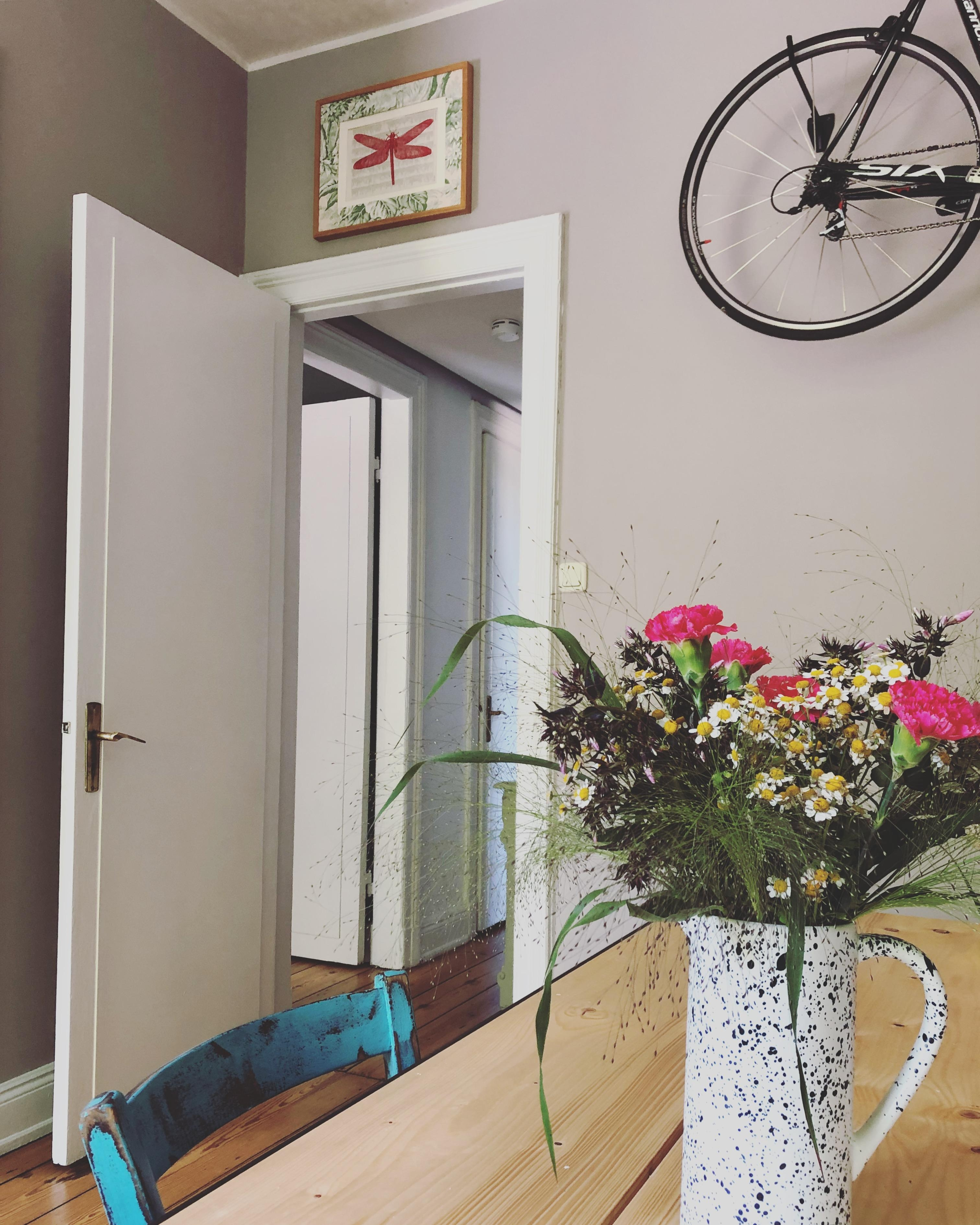 #esszimmer #flowerfriday #esstisch #altbauliebe #cozy #colorfulliving #interior #couchliebt #home #bike #couchstyle