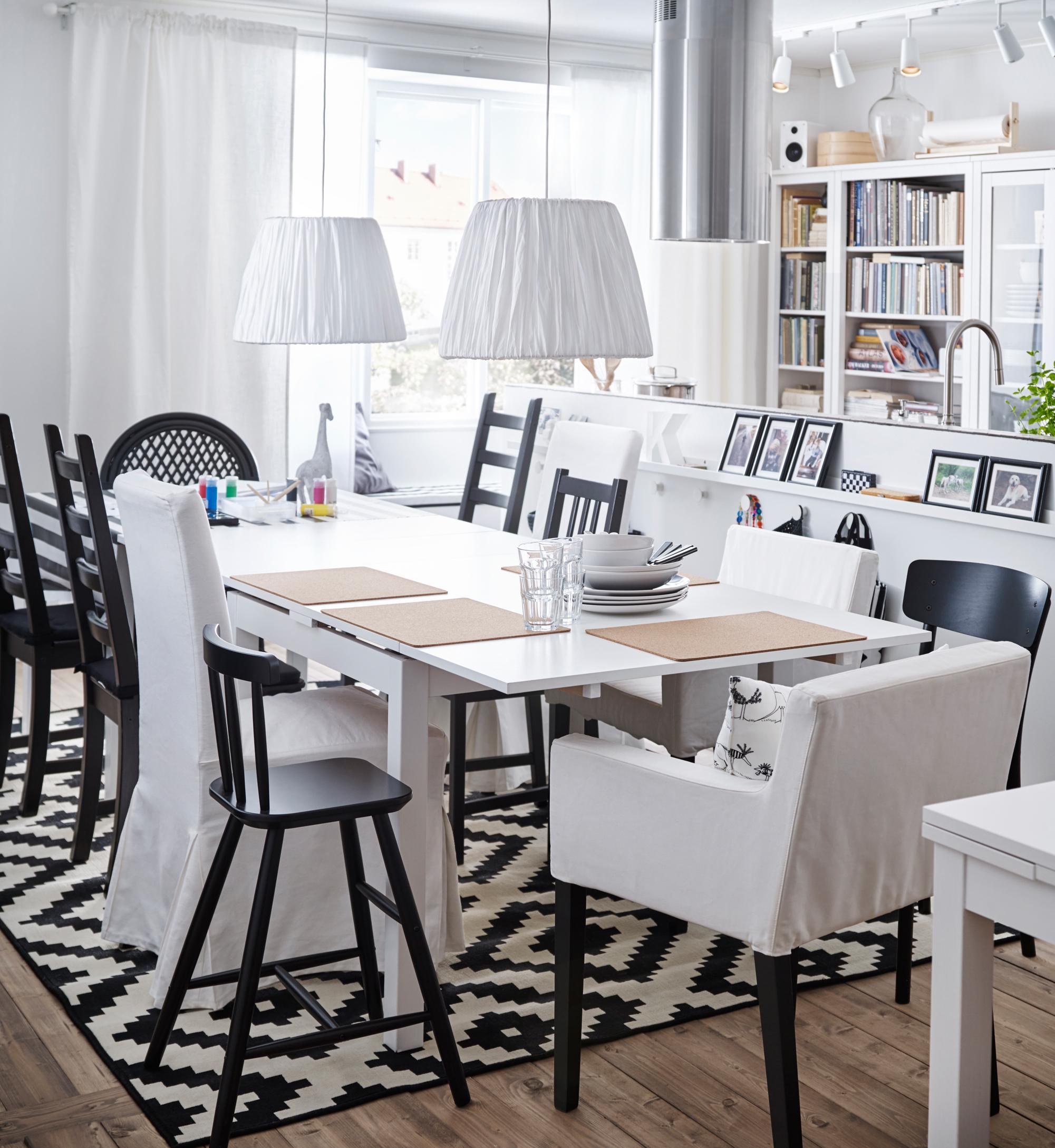 Esszimmer in Schwarz-Weiß #wohnzimmer #esstisch #ike...