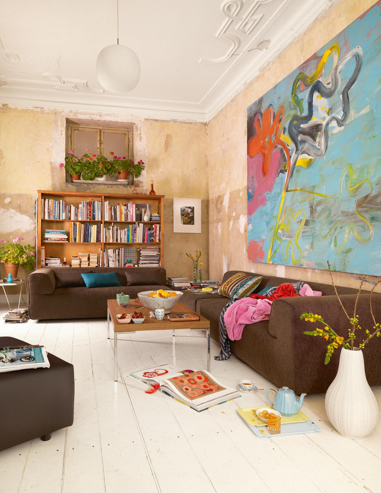 Extravagante Wandgestaltung #wandregal #unverputztewand #braunessofa  ©Freistil Rolf Benz