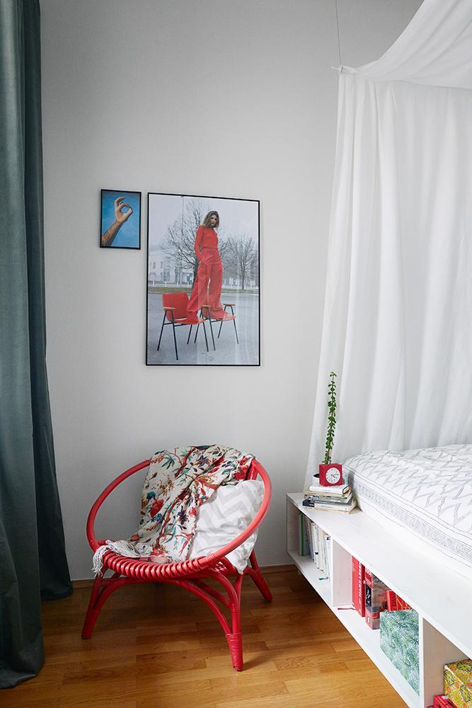 Farbkontrast zum weißen Bett: der knallrote Rattanst...