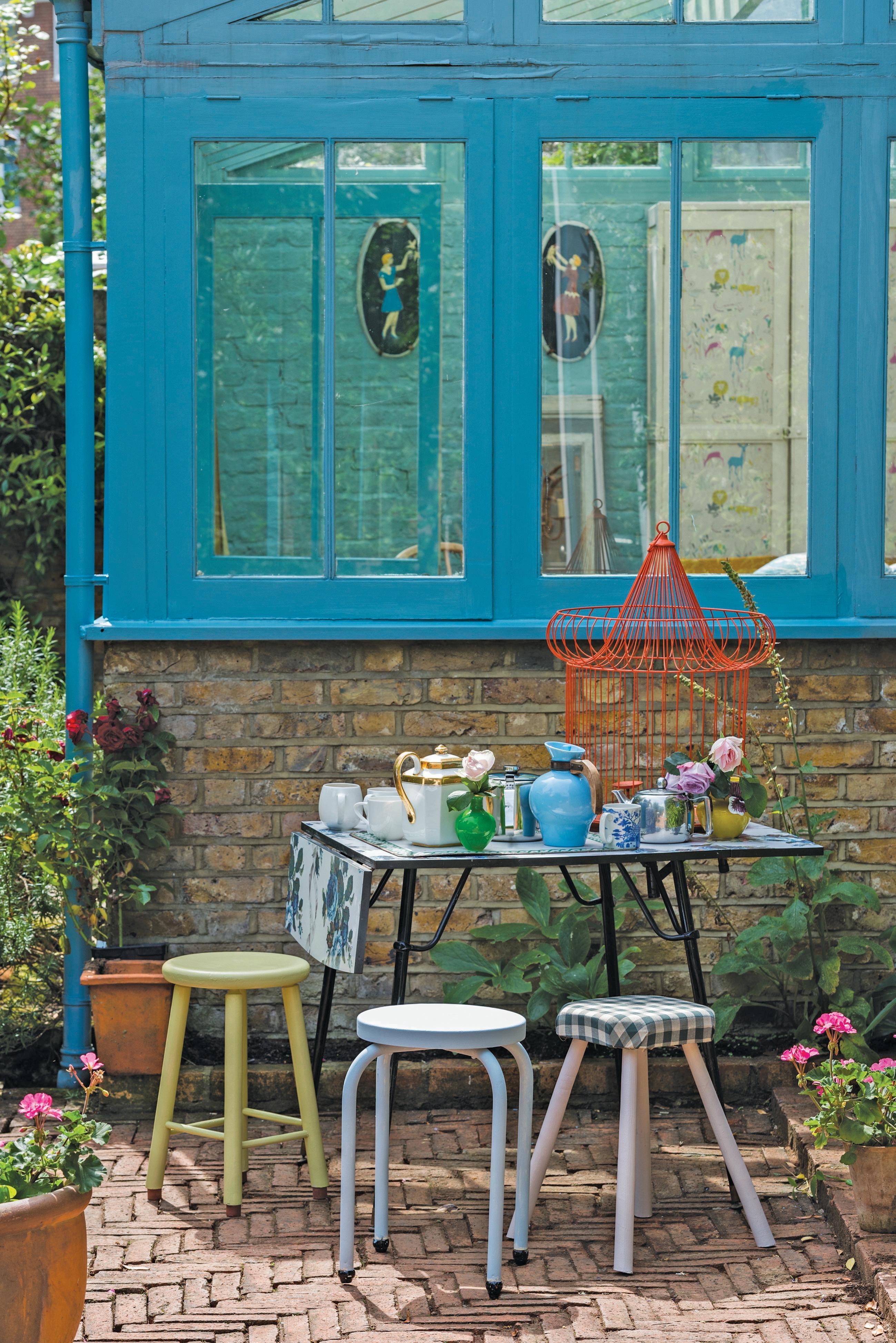 fensterrahmen streichen in blau #hocker #terrasse #v
