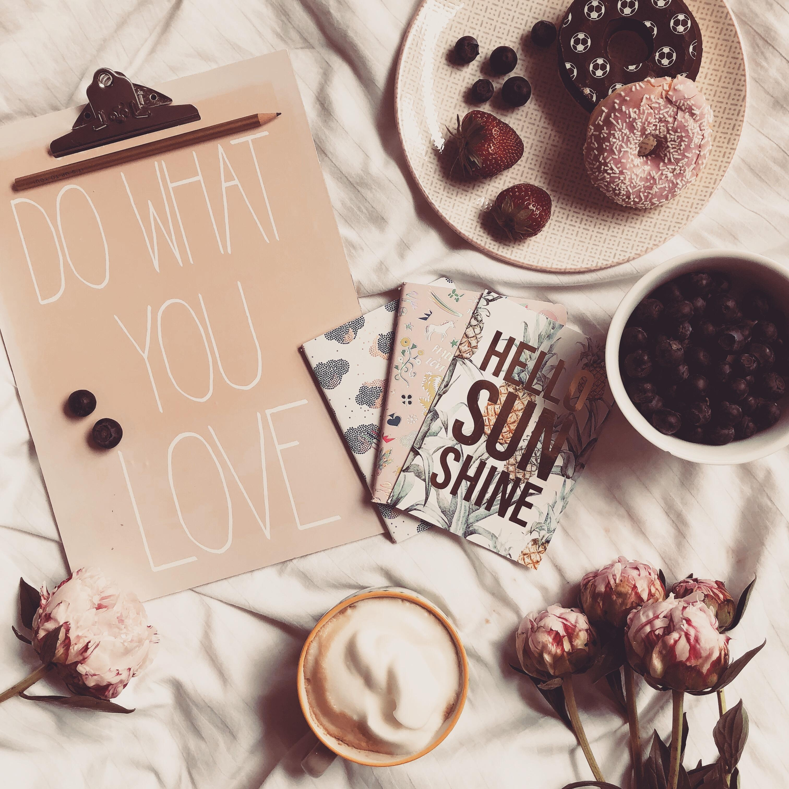 #flatlay zur wm #dowhatyoulove #onmybed #homedecor #coffeelover #details #petitjoys #couchstyle