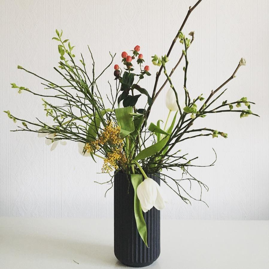 Flowers each day keep the sorrows  away! #tulpen #weidenkätzchen #heidelbeeren #springflowers #lyngby #diy