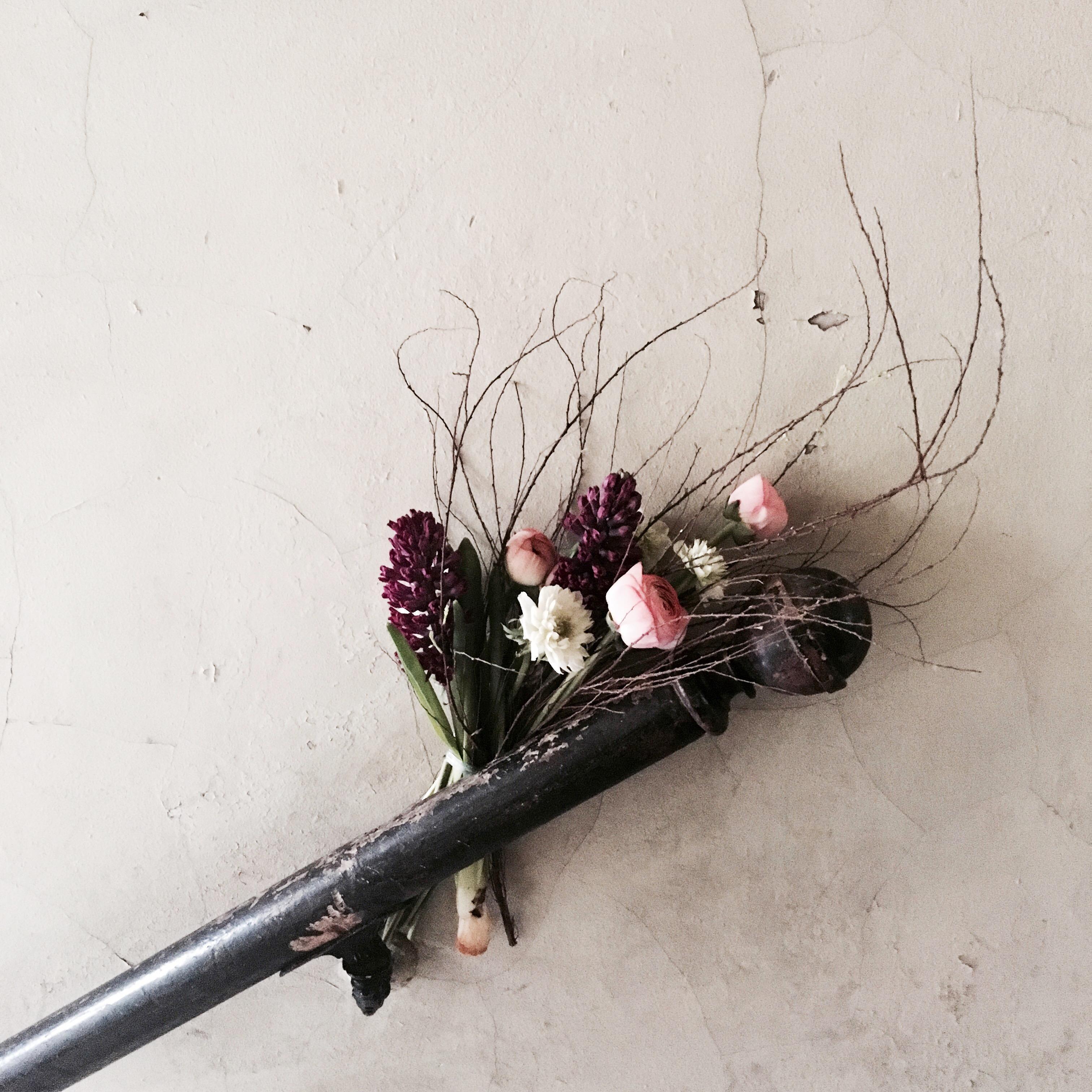 #frühlingsblumen #ranunkeln #anemonen #hyazinthen #zweige #treppenhaus