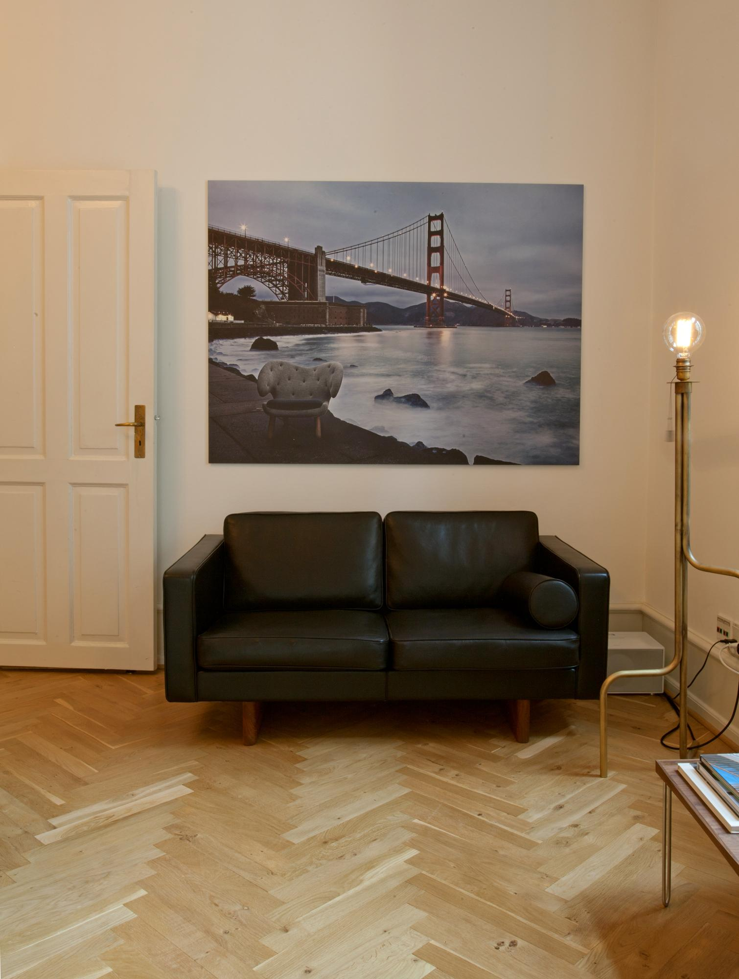 Fotodruck mit Golden Gate Bridge #ledersofa #wandgestaltung #fischgrätparkett #zimmergestaltung ©Onecollection
