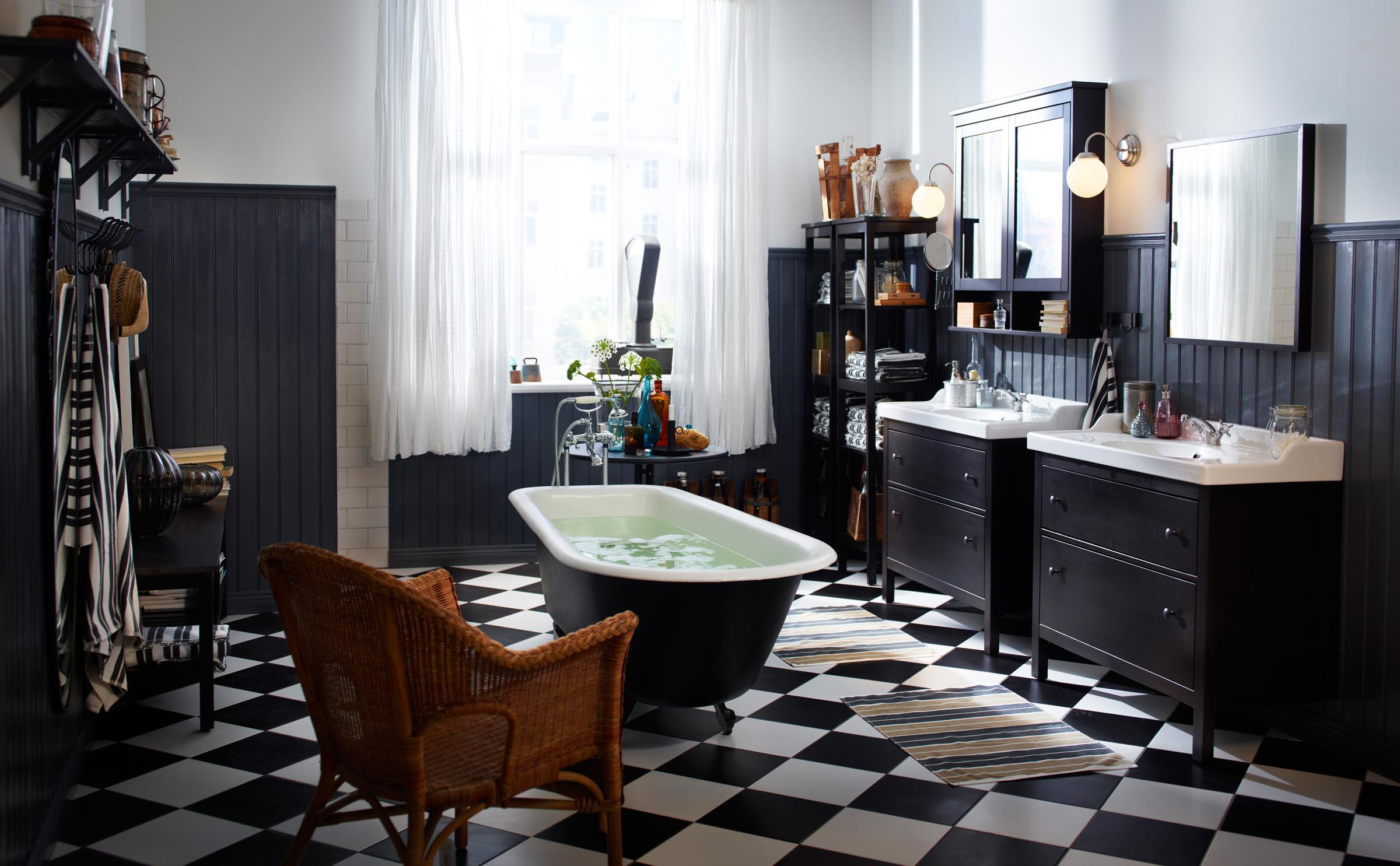 Freistehende Badewanne Im Schwarz Weiß Gefliesten Badezimmer  #badezimmerspiegel #ikea #freistehendebadewanne #waschbeckenunterschrank