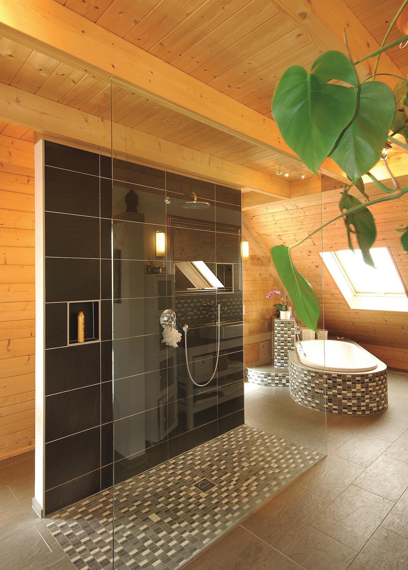 Freistehende Dusche #dachfenster #fliesen #mosaikfliesen #dachgeschoss  #dusche #holzdecke #holzbalkendecke