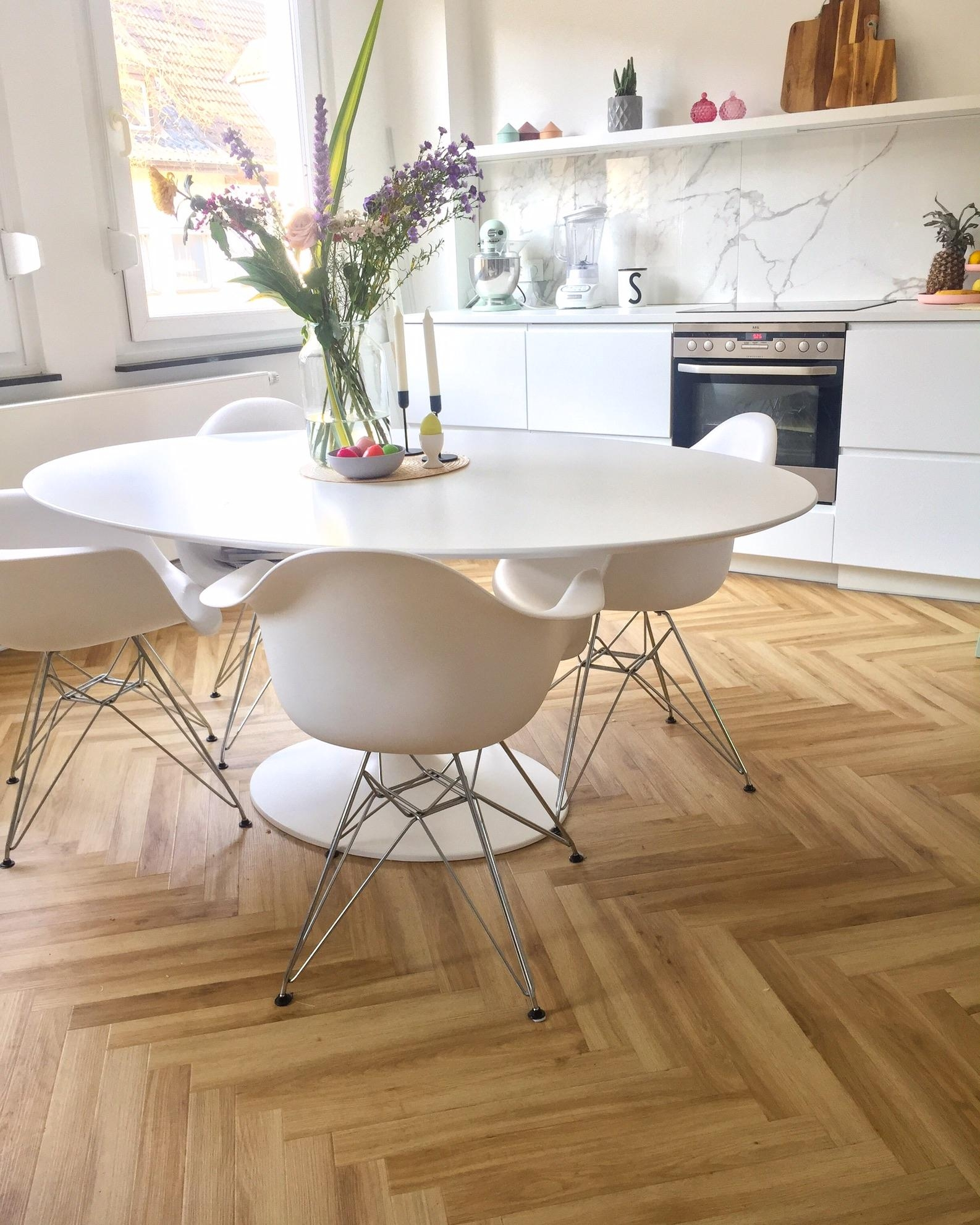 #freshflower #kitchen #küche #saarinen #table #tisch #knoll #vitra #eames #eamesarmchair #marble #marmor #blackandwhite
