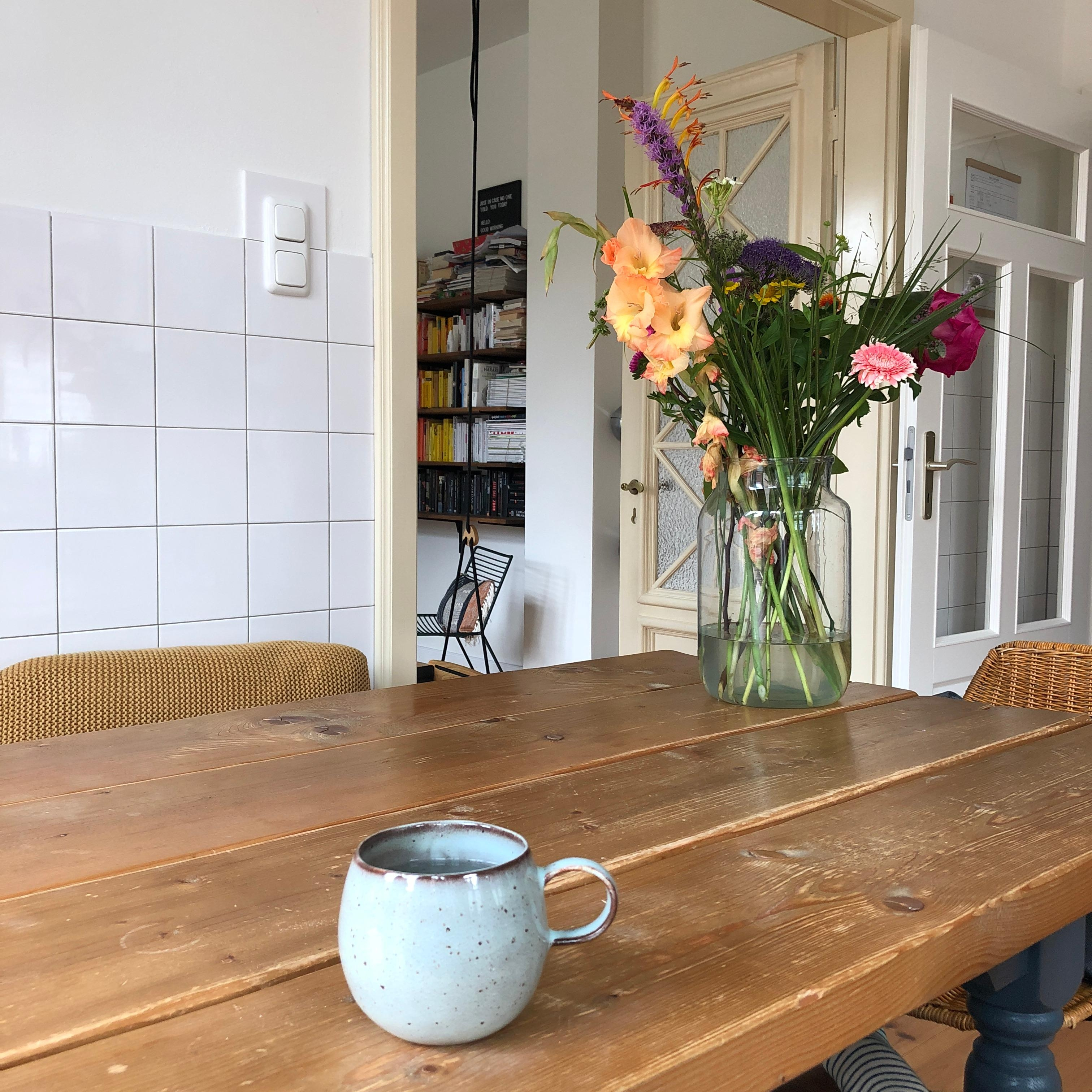 #freshflowers #bloomon #flowmagazin #casagernemann #kitchen #kitchendesign #hygge #table #candles #hyggelig #industrial