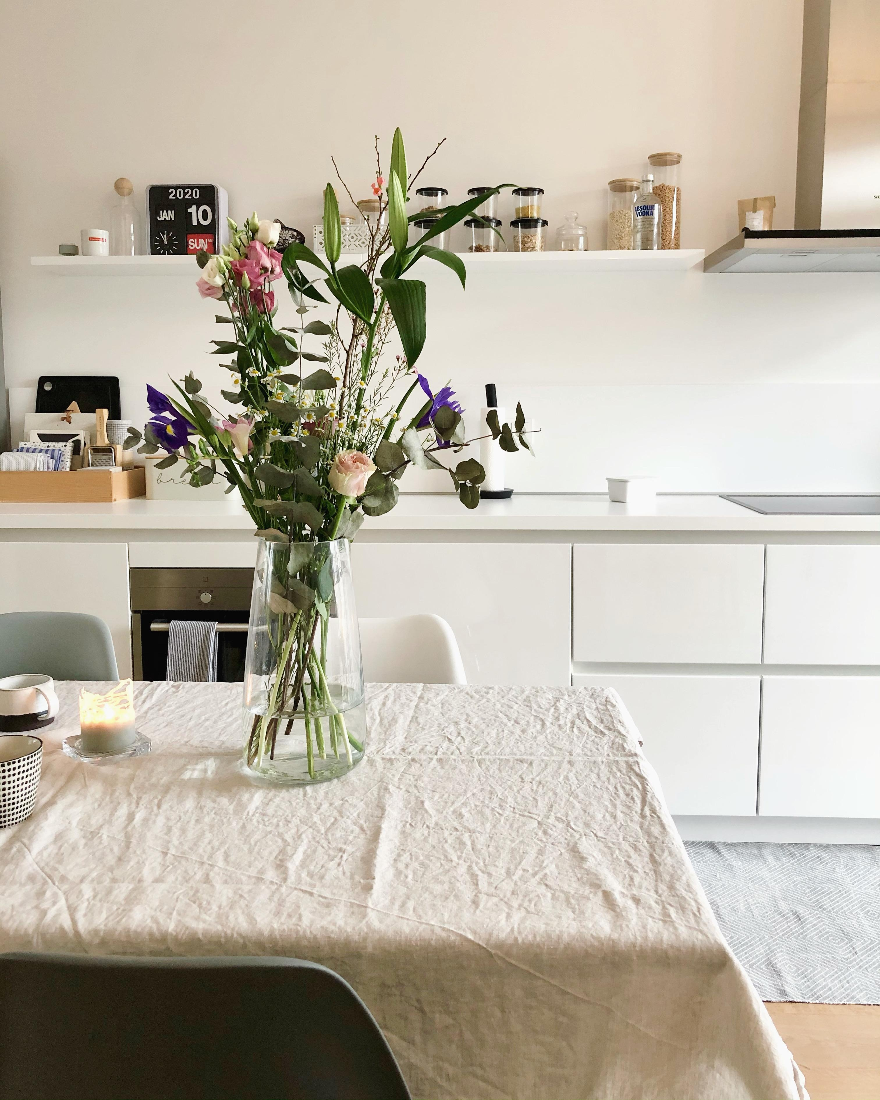 #freshflowers #kitchen #küche #table #deko #white #interior #nordicliving #minimalism #couchstyle #roominspo