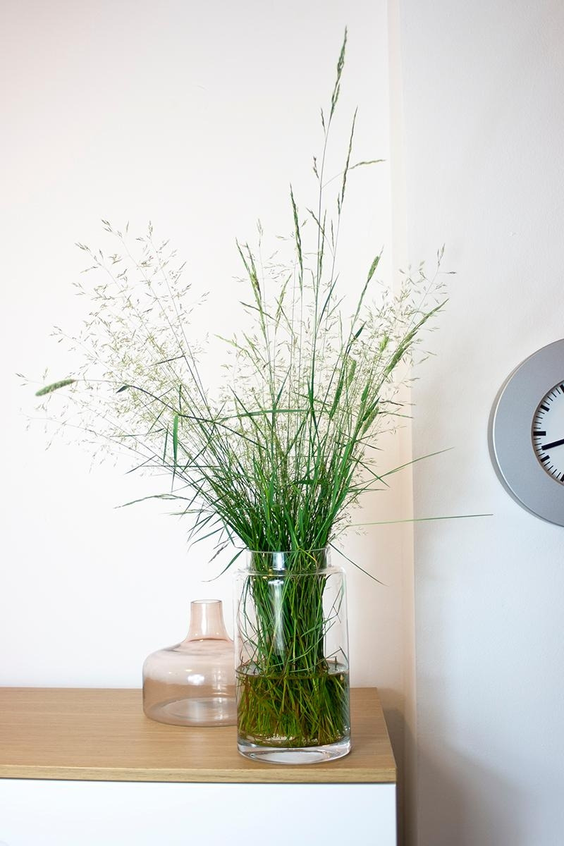 #freshgrasthursday #glasvase #rosa #gras #uhr #flur #highboard