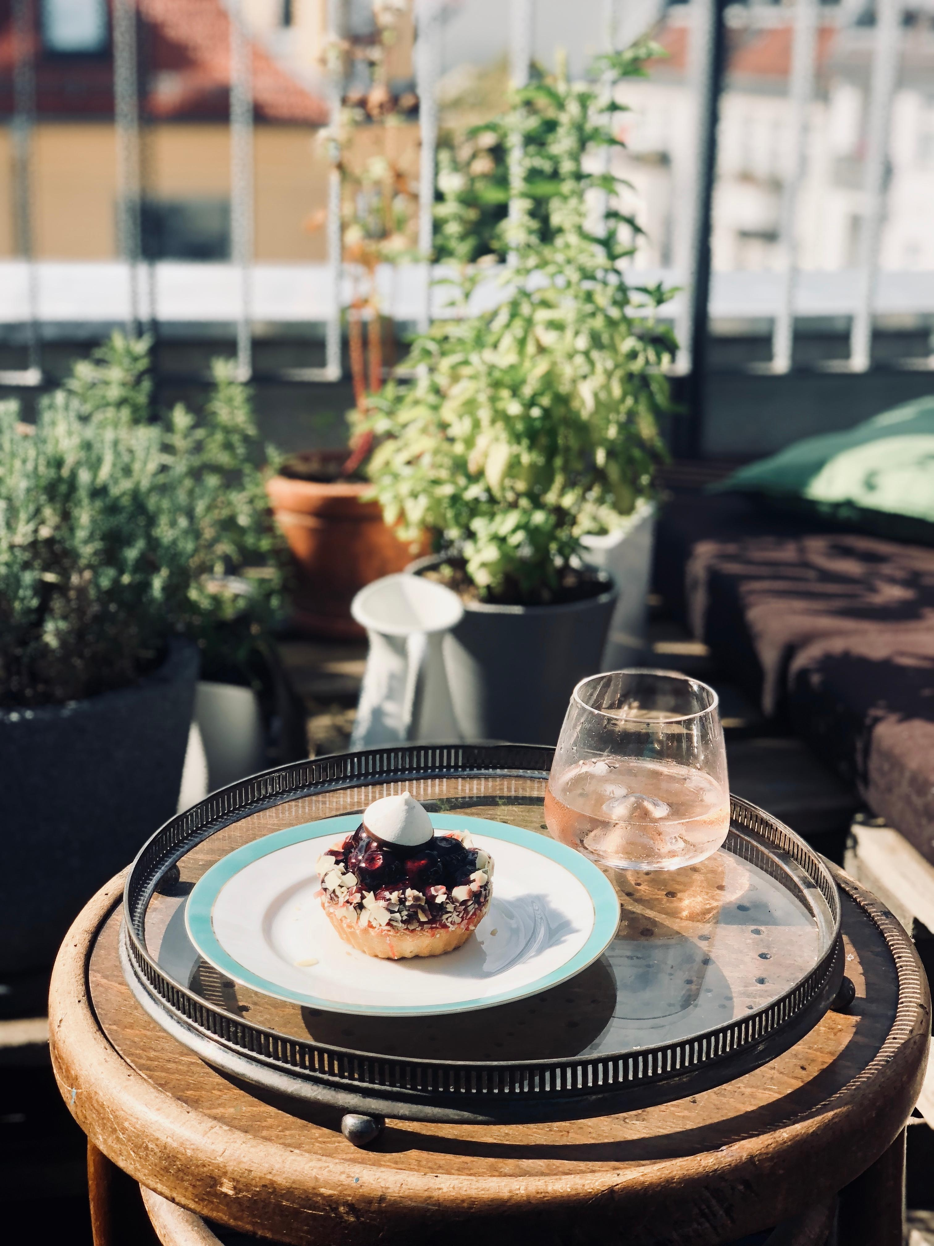 Friday afternoons are for pastry & rosé on our rooftop terrace ☀️🍷🍰 #home #berlin #kuchen #wein #rose #wine #terrasse