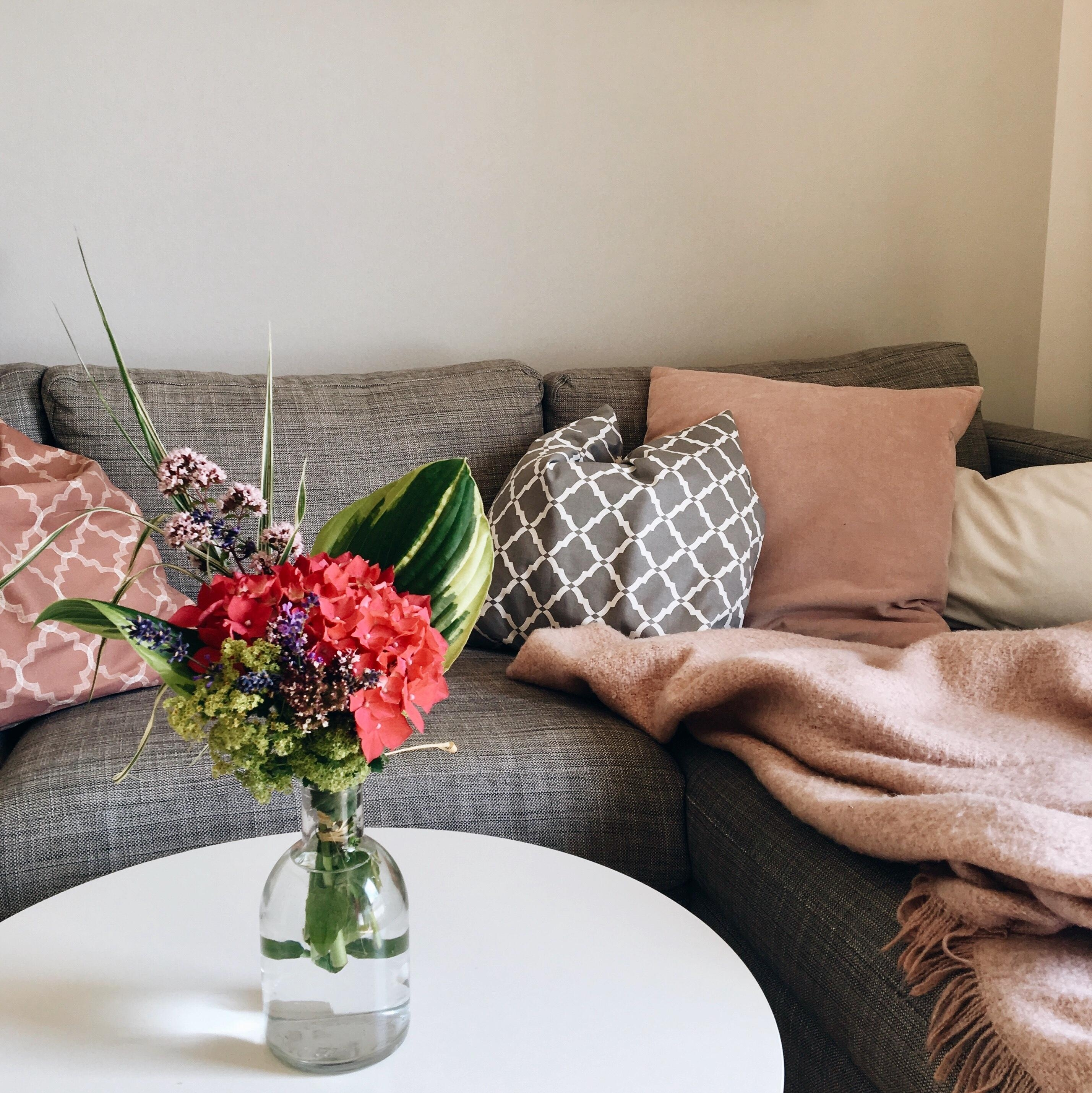 #fridayvibes #living #couch #flowers #livingroom #cozy #happyhome