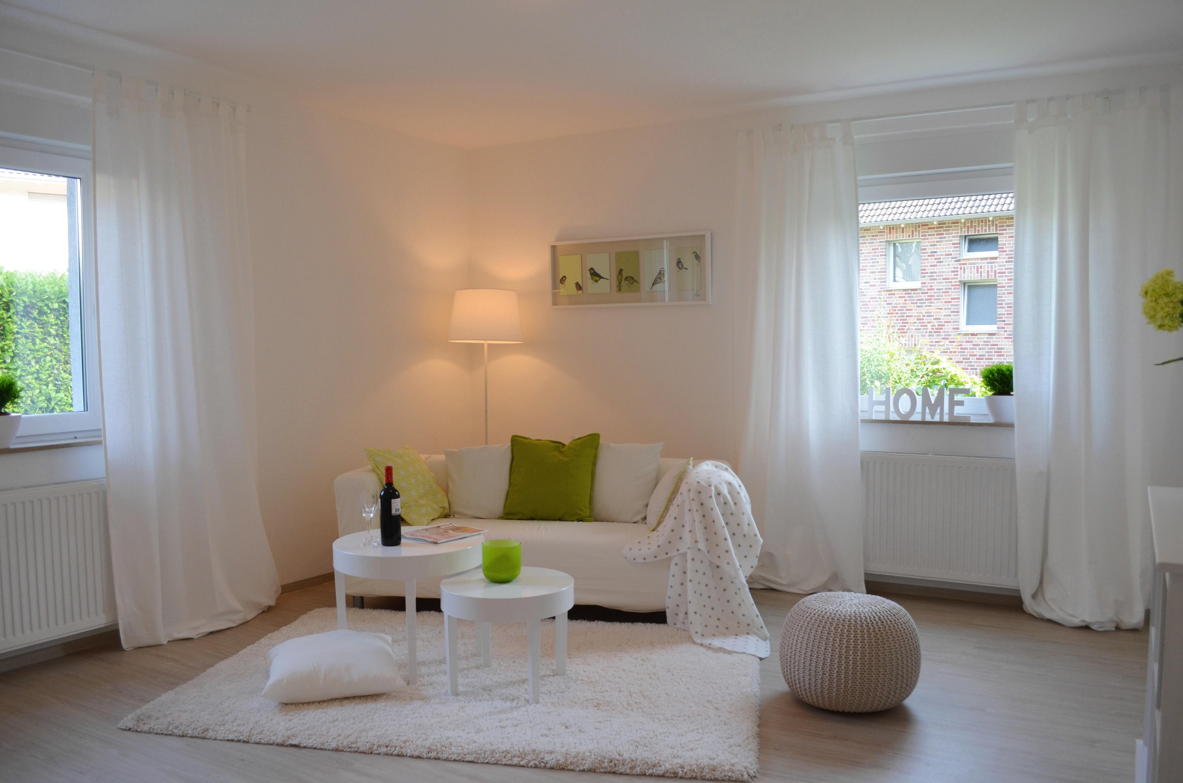 Frisches Wohnzimmer #couchtisch #wandfarbe #stehlampe #pouf #gardine  #sofakissen #sofa